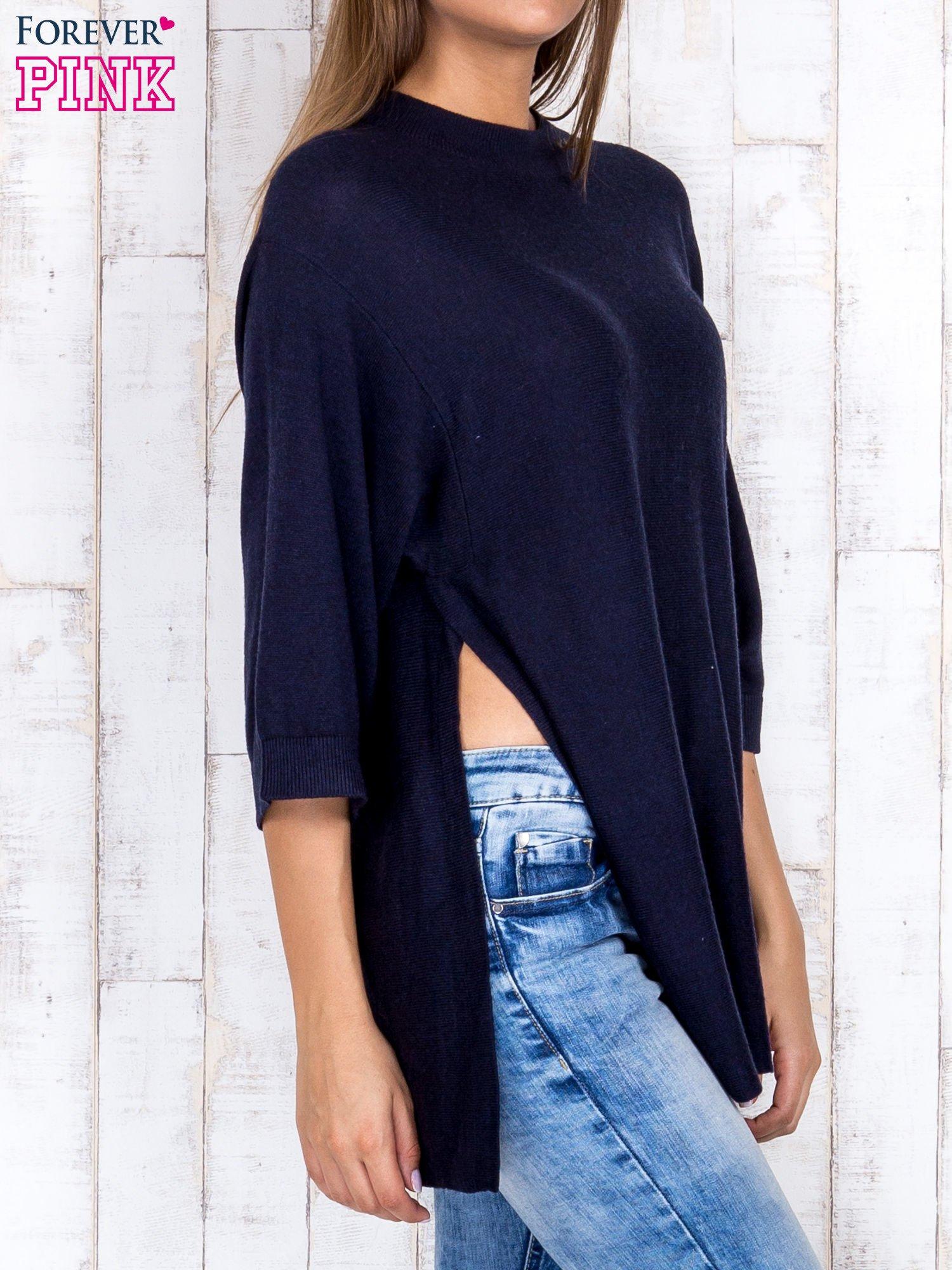 Granatowy luźny sweter oversize z bocznymi rozcięciami                                  zdj.                                  3