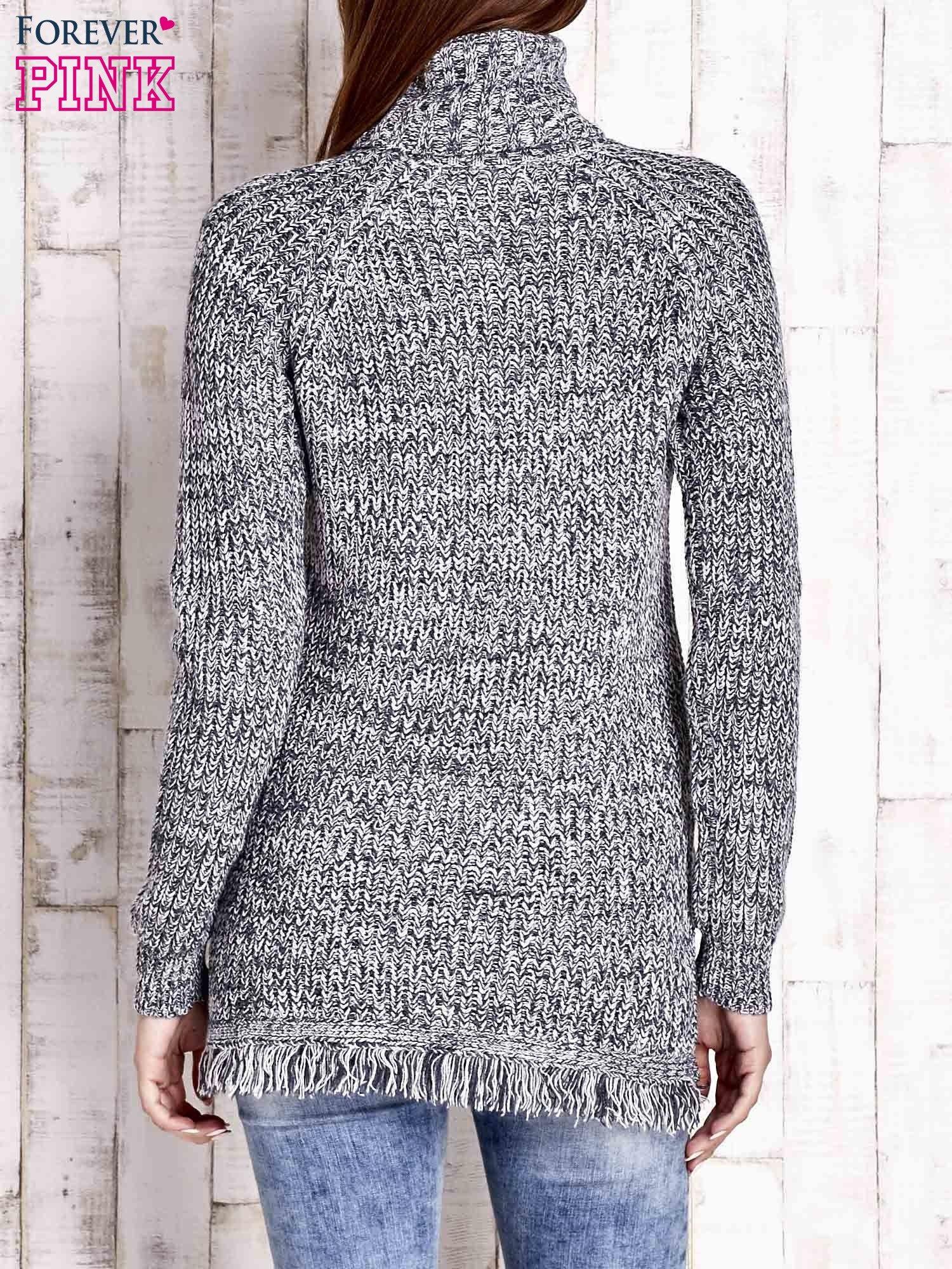 Granatowy melanżowy sweter z golfem i frędzlami                                  zdj.                                  4