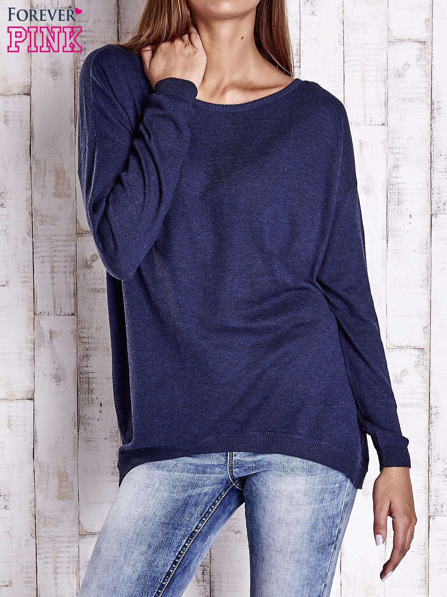 Granatowy nietoperzowy sweter oversize z dłuższym tyłem                                  zdj.                                  1