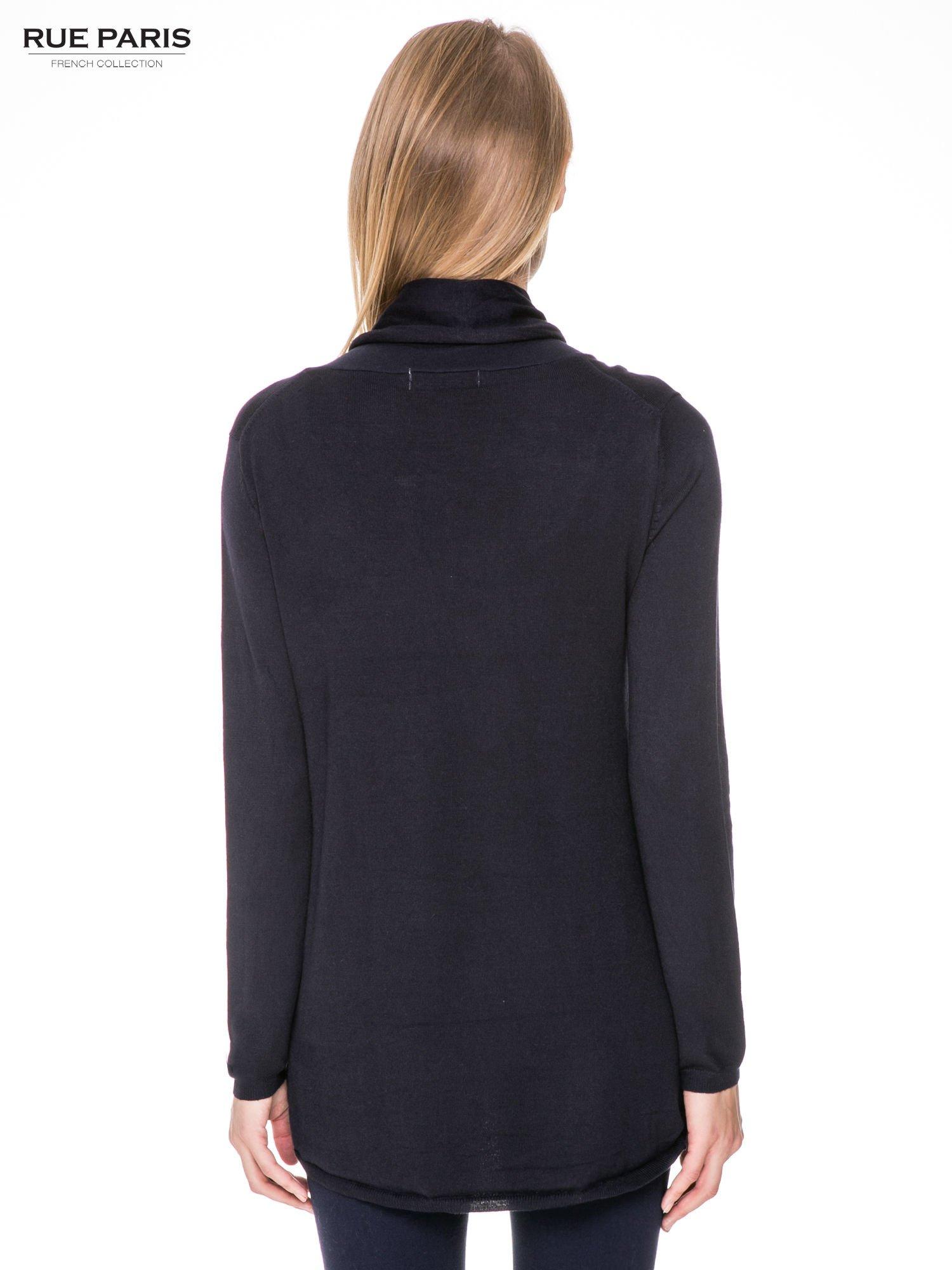 Granatowy otwarty sweter narzutka z dłuższym tyłem                                  zdj.                                  4