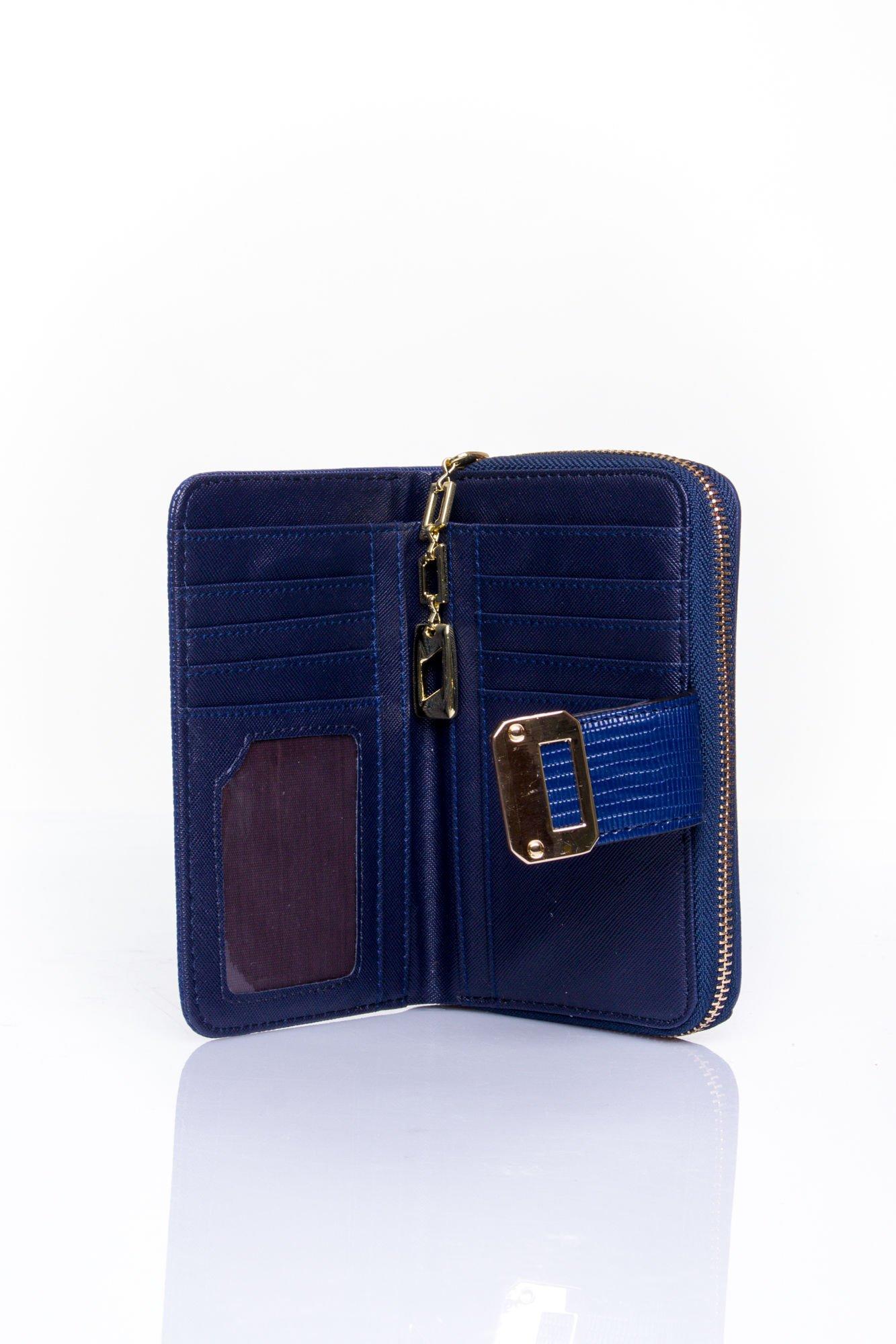 Granatowy portfel z ozdobną złotą klamrą                                  zdj.                                  4