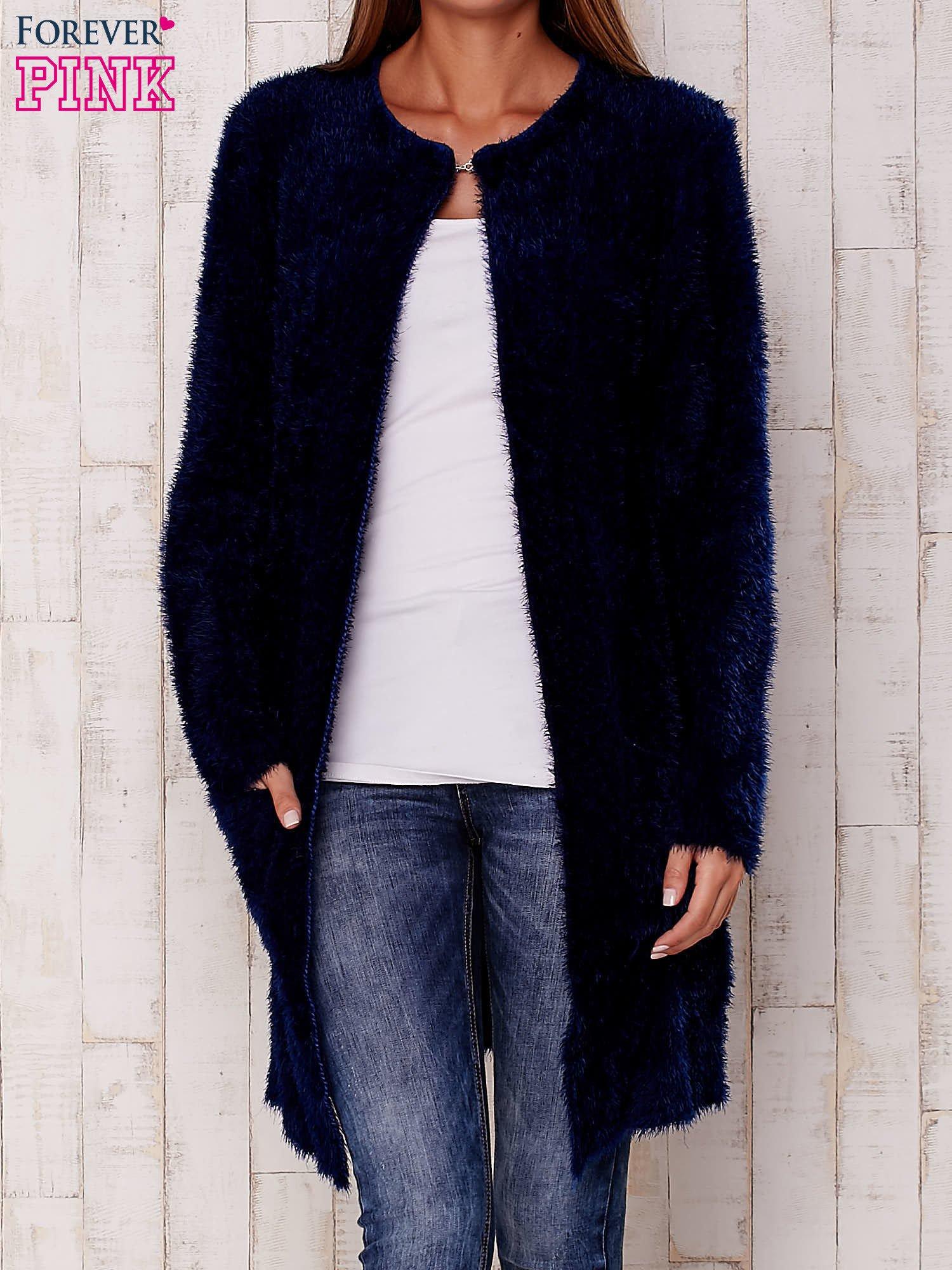 Granatowy puszysty sweter z otwartym dekoltem                                  zdj.                                  1