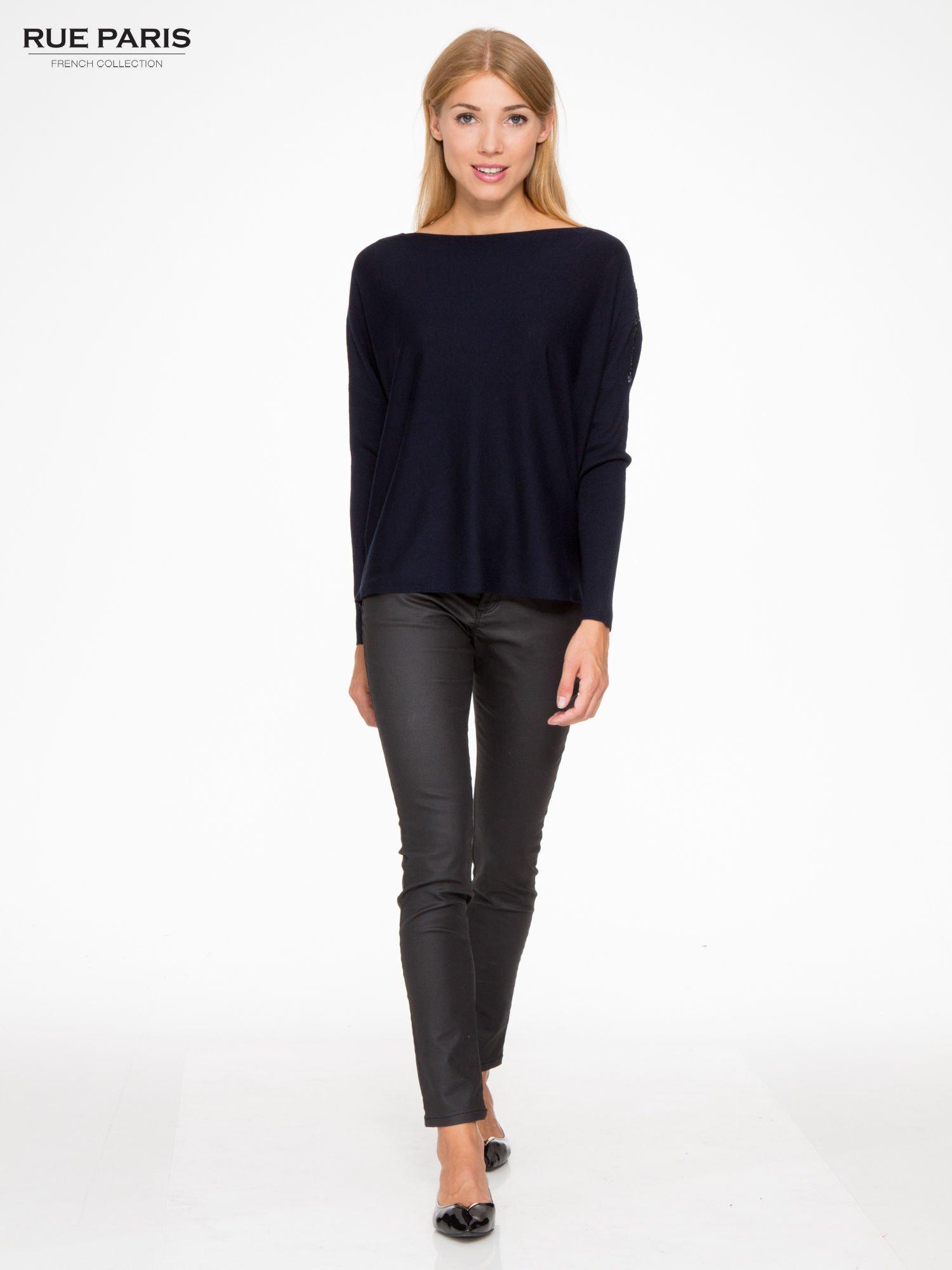 Granatowy sweter o nietoperzowym kroju z cekinową aplikacją na rękawach                                  zdj.                                  2