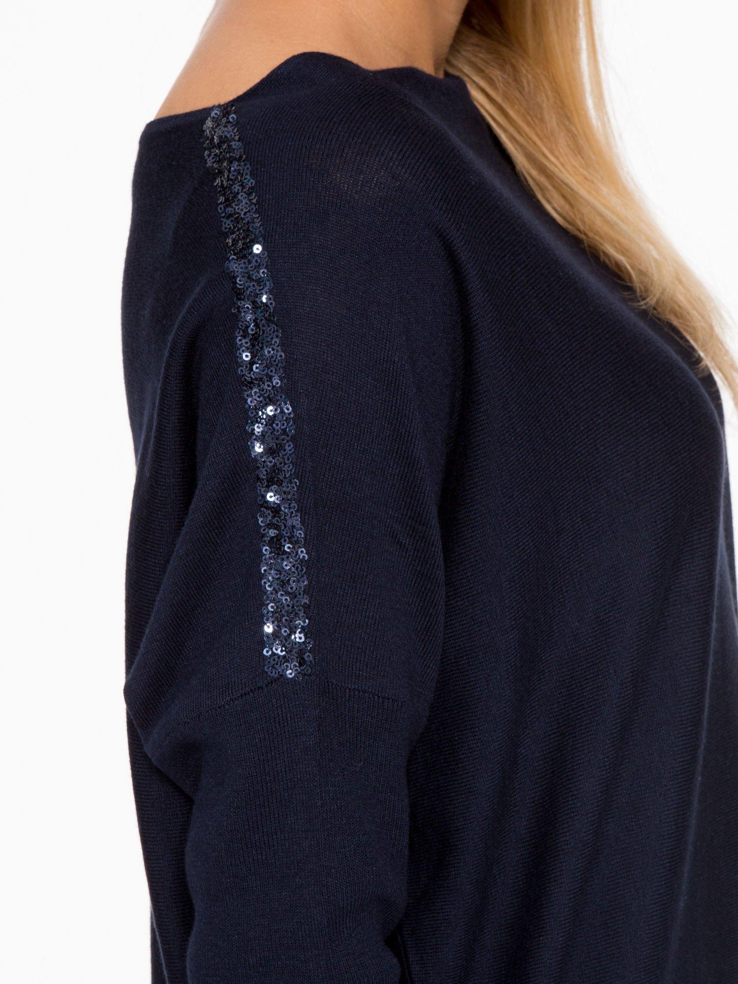 Granatowy sweter o nietoperzowym kroju z cekinową aplikacją na rękawach                                  zdj.                                  8