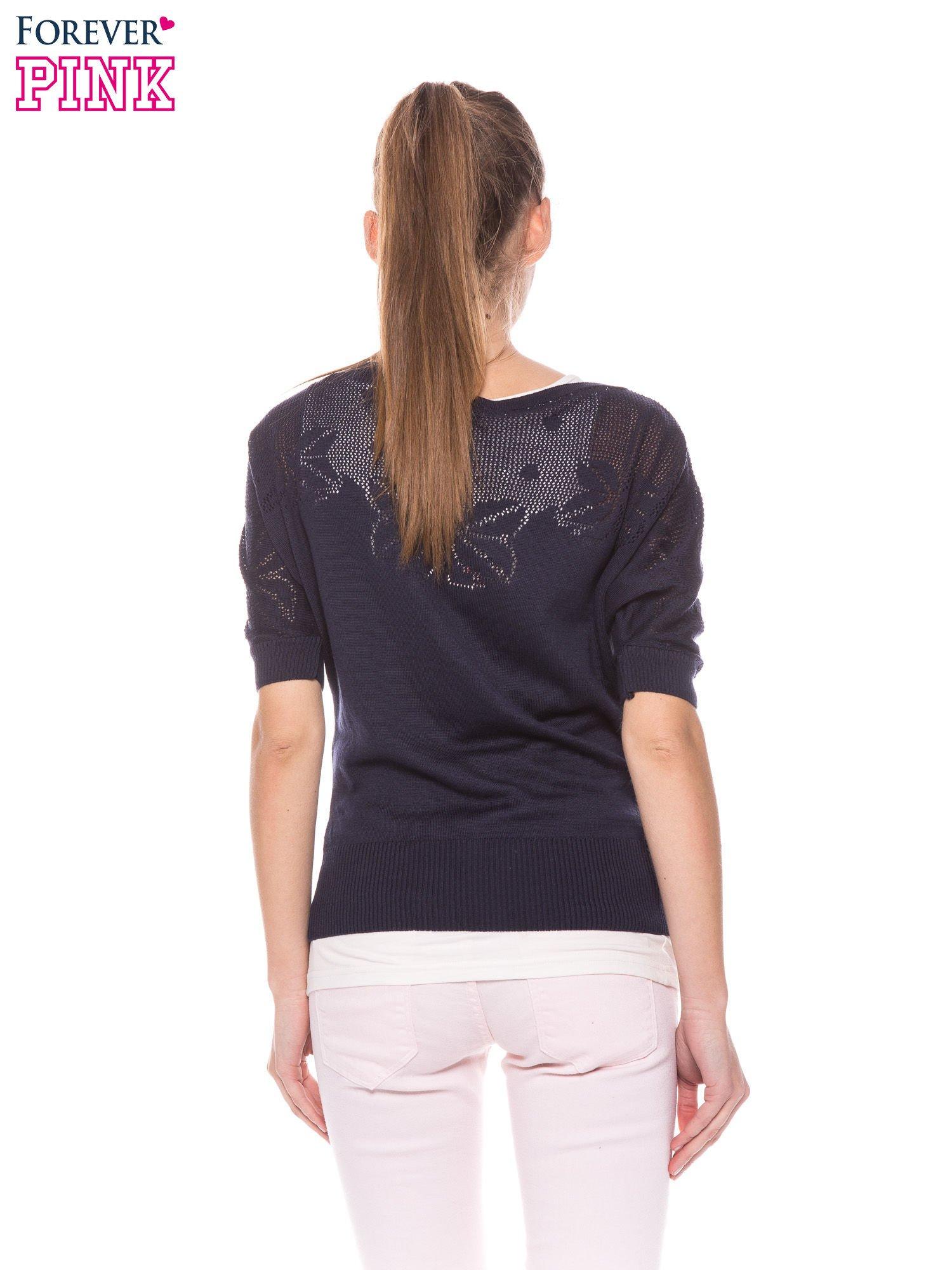 Granatowy sweter z ażurową górą i krótkim rękawkiem                                  zdj.                                  4