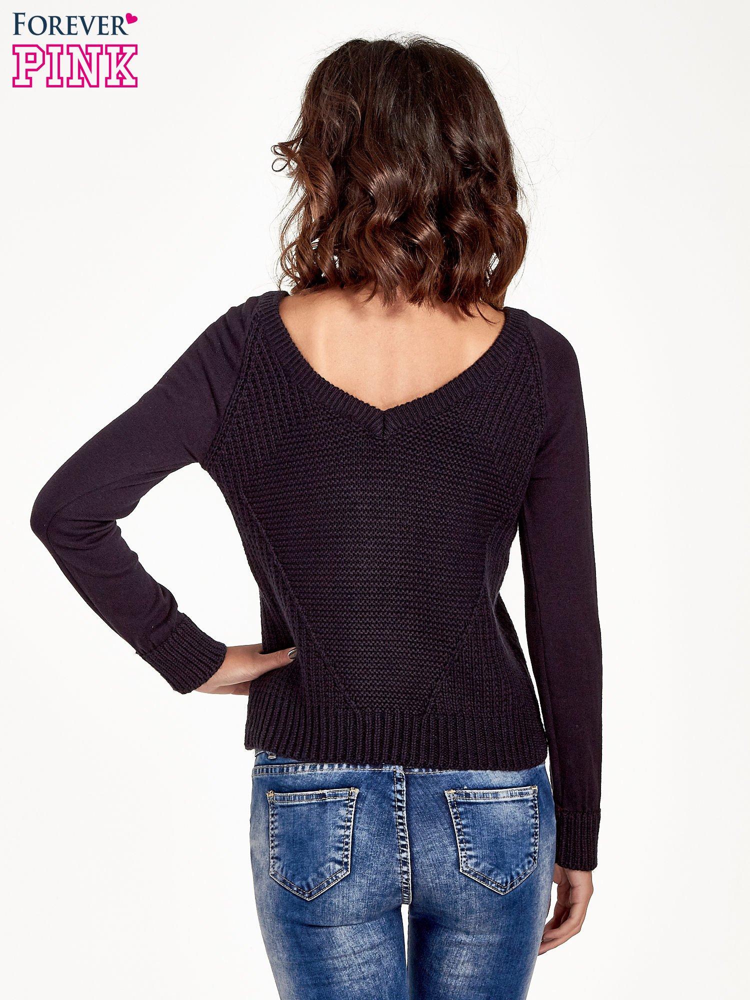 Granatowy sweter z dwustronnym dekoltem w serek                                  zdj.                                  4