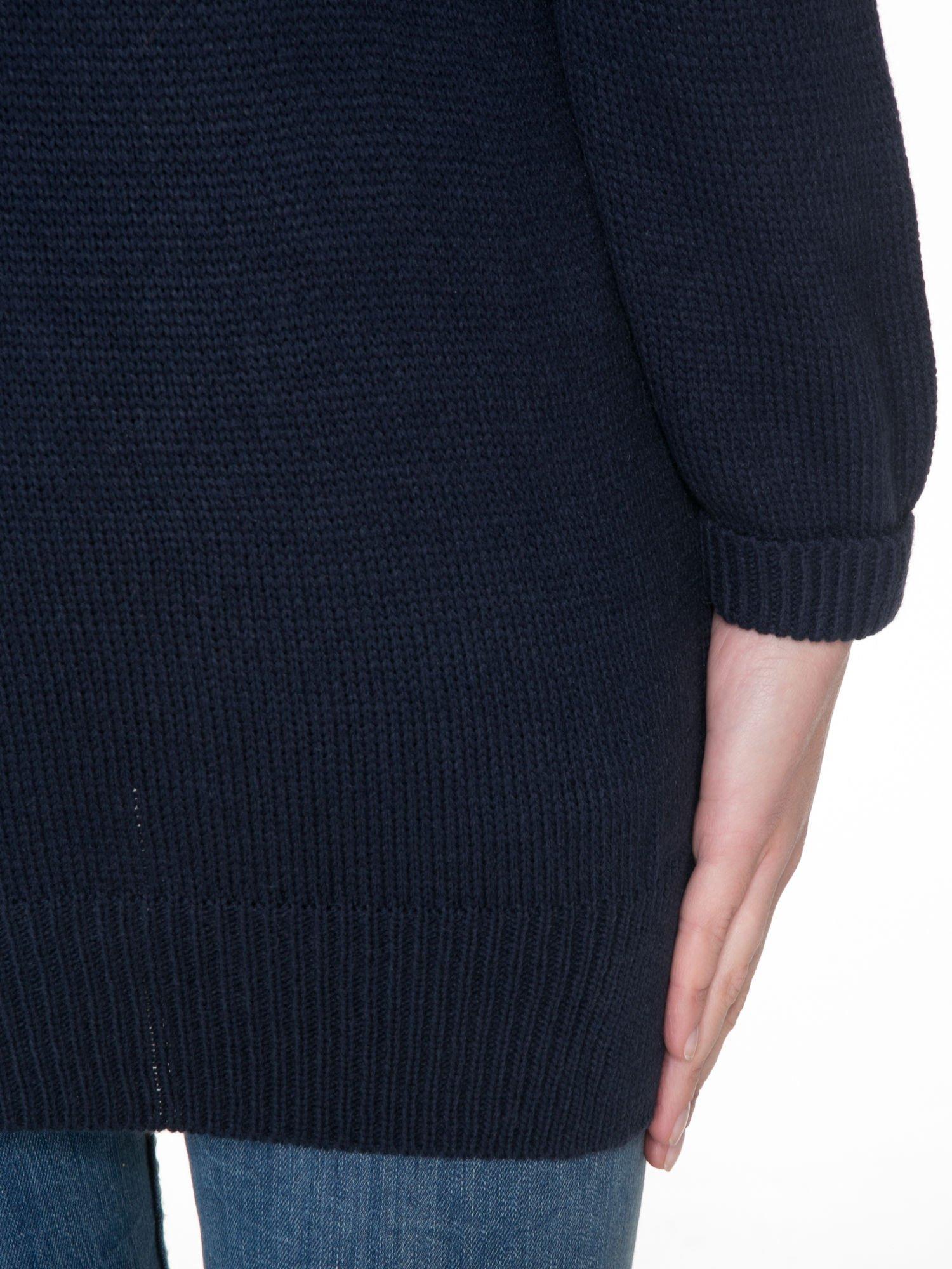 Granatowy sweter z nadrukiem WANTED i dżetami                                  zdj.                                  8
