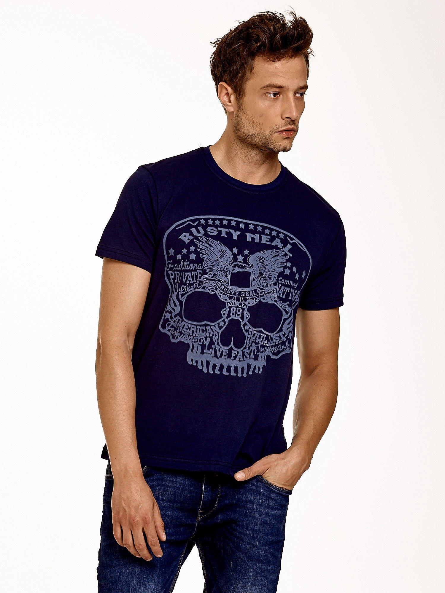 Granatowy t-shirt męski z nadrukiem czaszki i napisami                                  zdj.                                  1