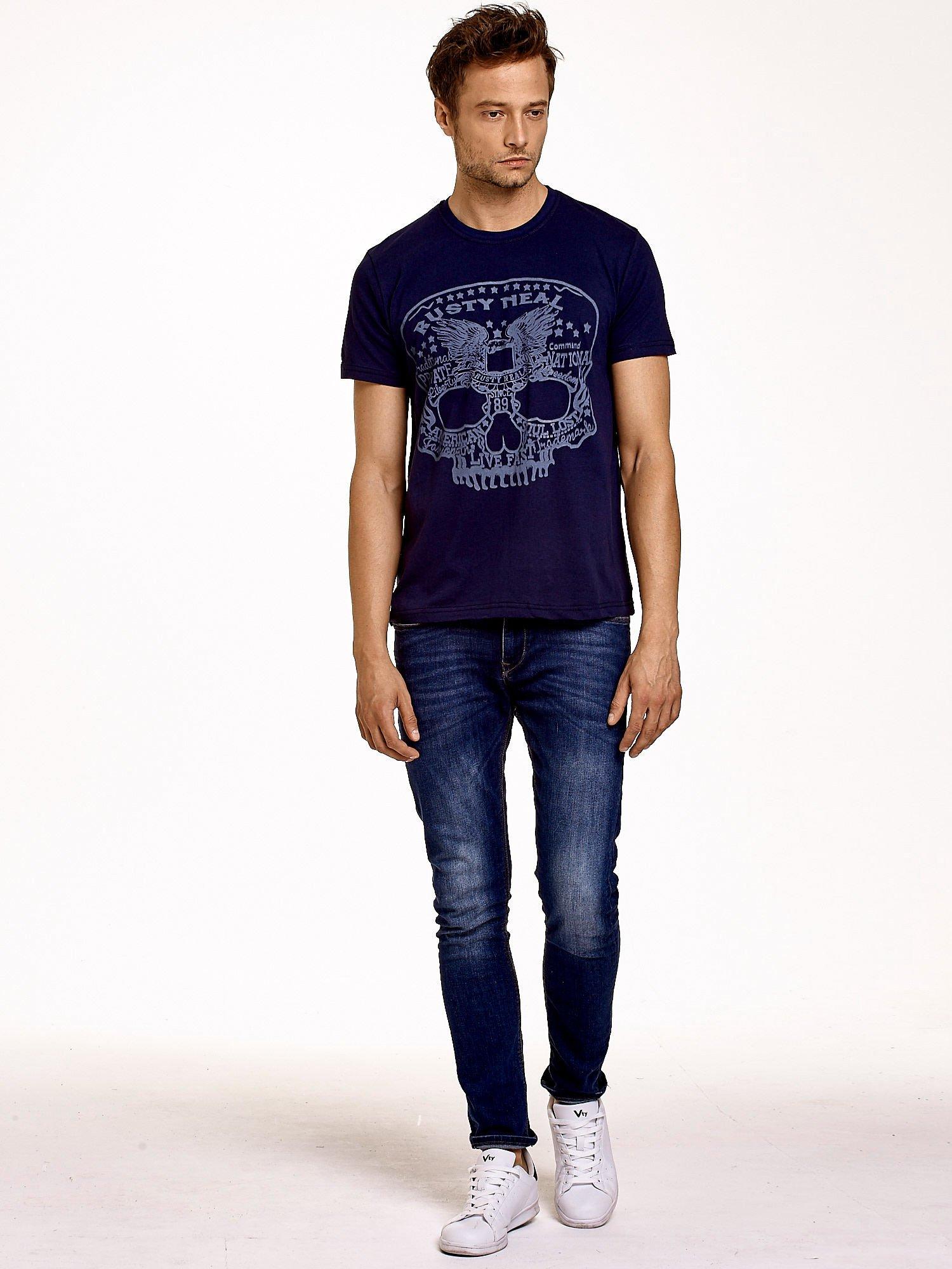 Granatowy t-shirt męski z nadrukiem czaszki i napisami                                  zdj.                                  2