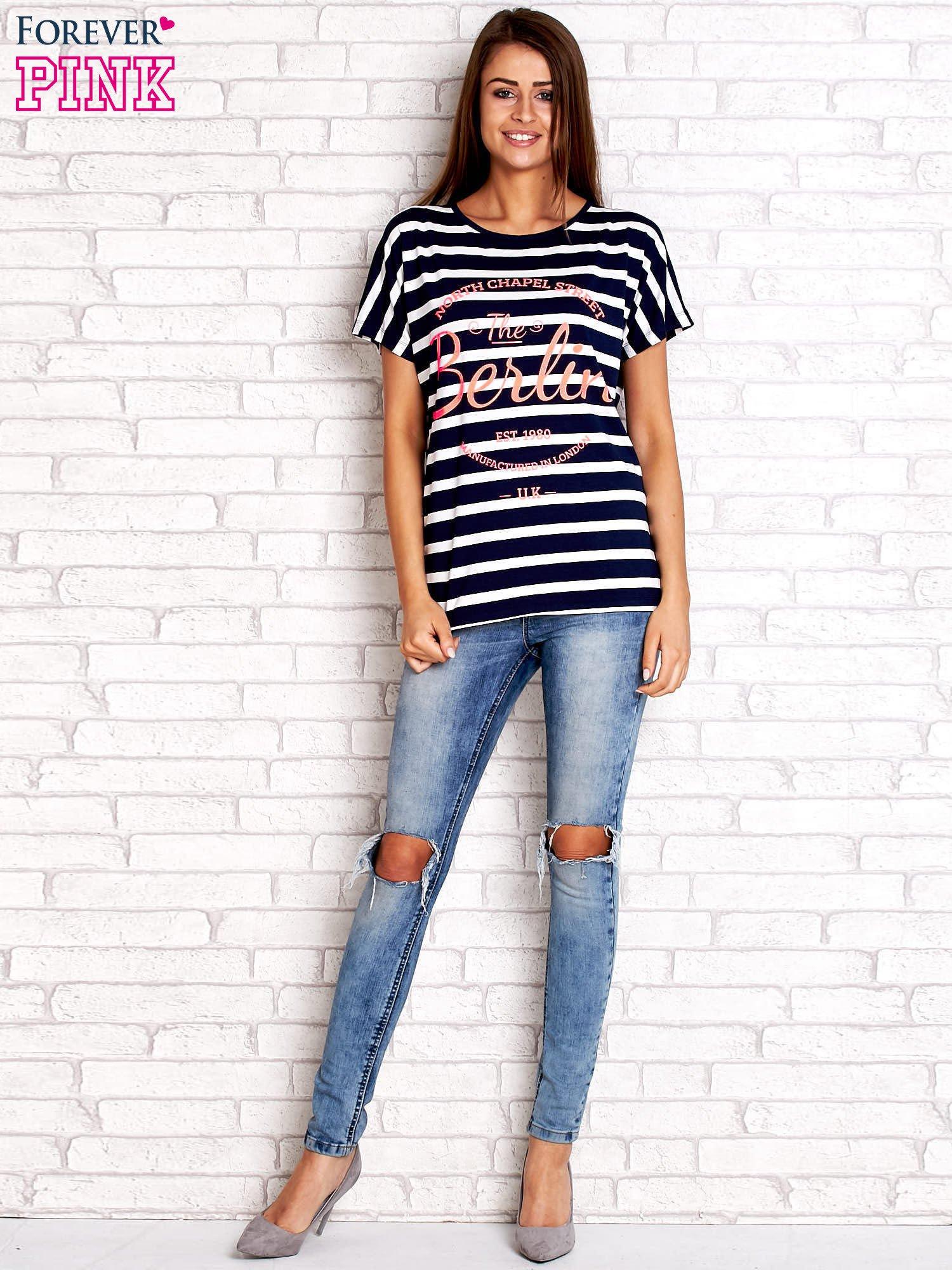 Granatowy t-shirt w białe paski z napisem NORTH CHAPEL STREET                                  zdj.                                  2