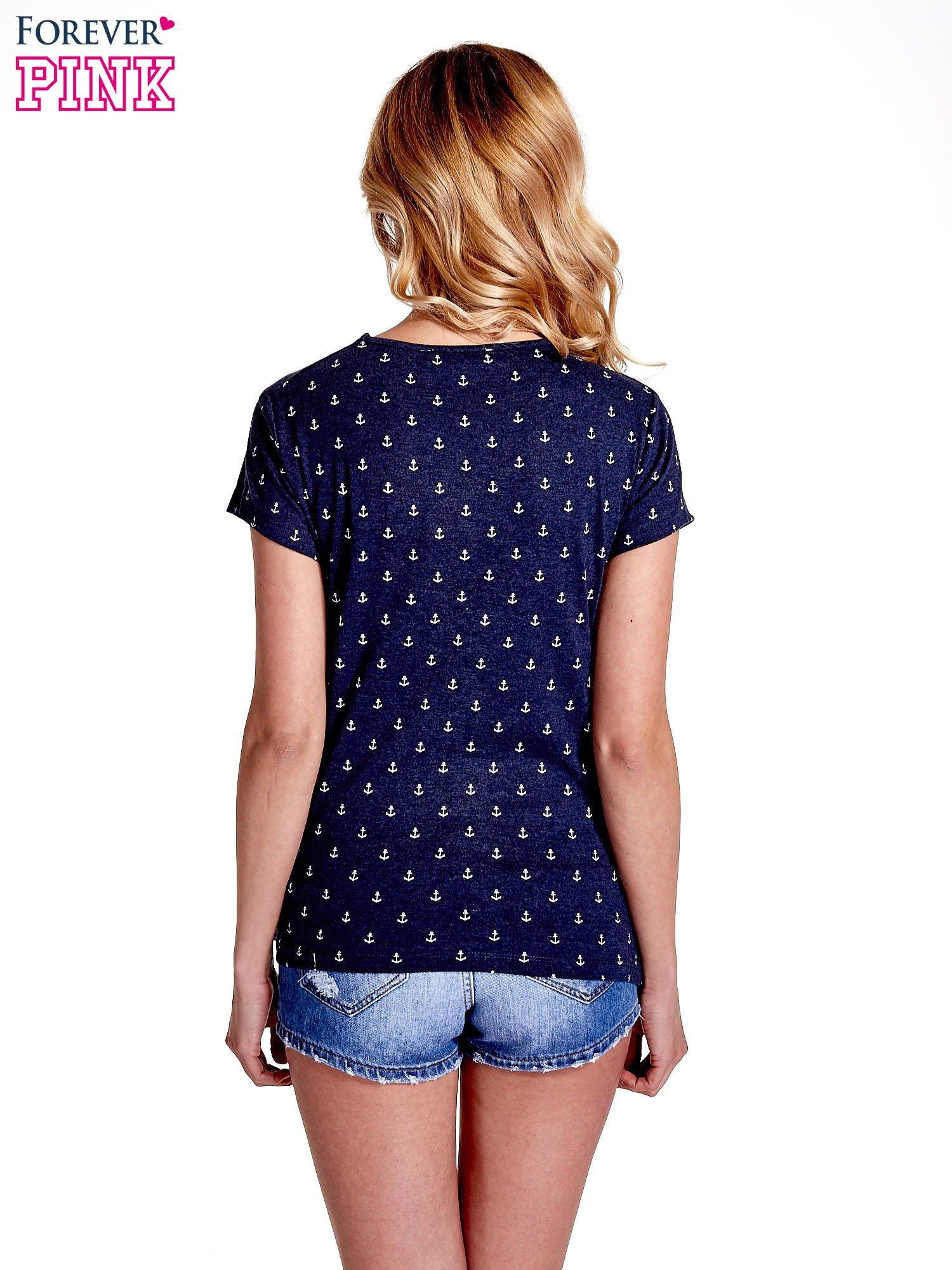 Granatowy t-shirt w drobne kotwice                                  zdj.                                  4