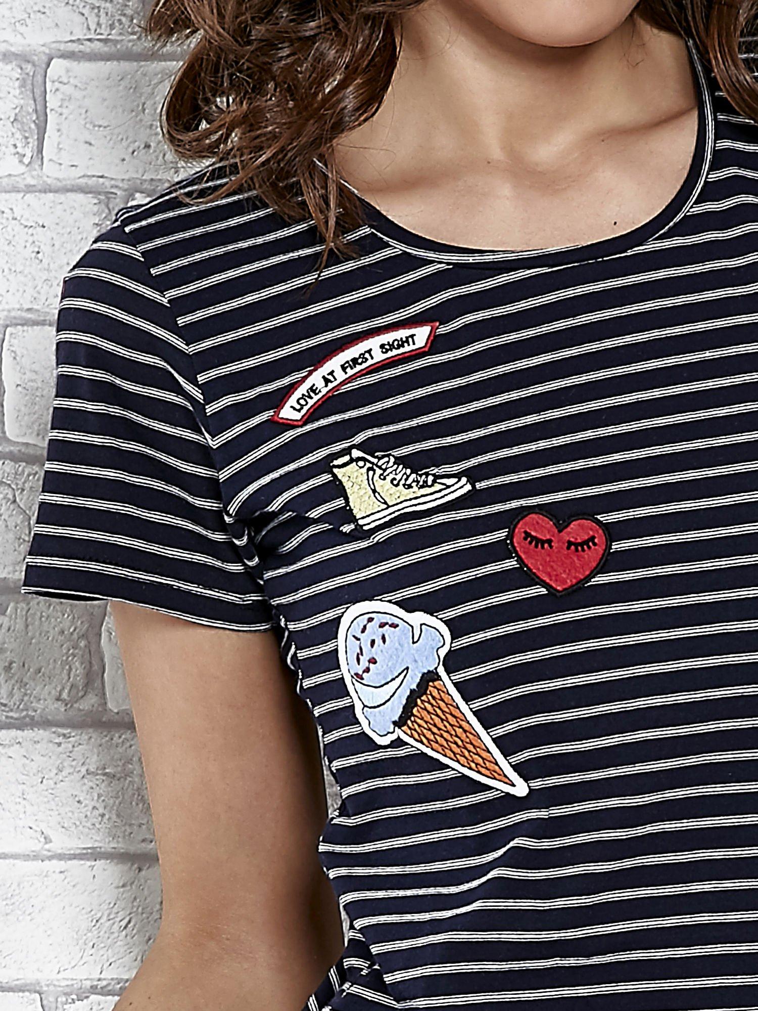 Granatowy t-shirt w paski z naszywkami                                  zdj.                                  5