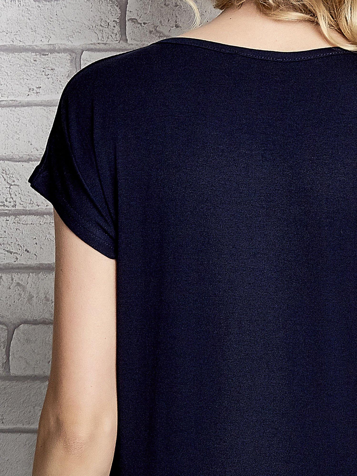 Granatowy t-shirt z napisem FASHION DISTRICT z dżetami                                  zdj.                                  6