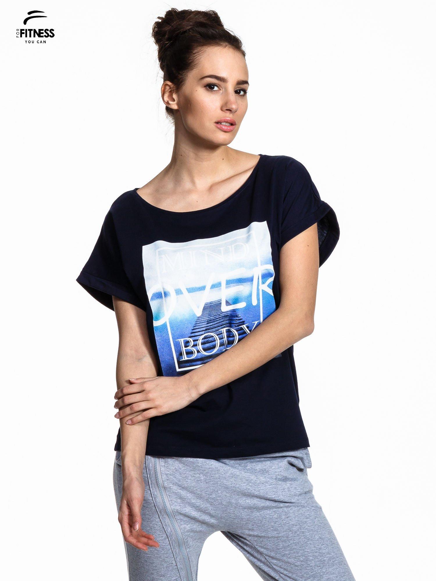 Granatowy t-shirt z napisem MIND OVER BODY                                  zdj.                                  1