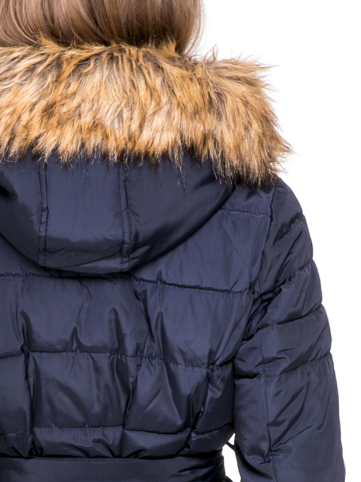 Granatowy taliowany płaszcz puchowy z kapturem z futerkiem                                  zdj.                                  7