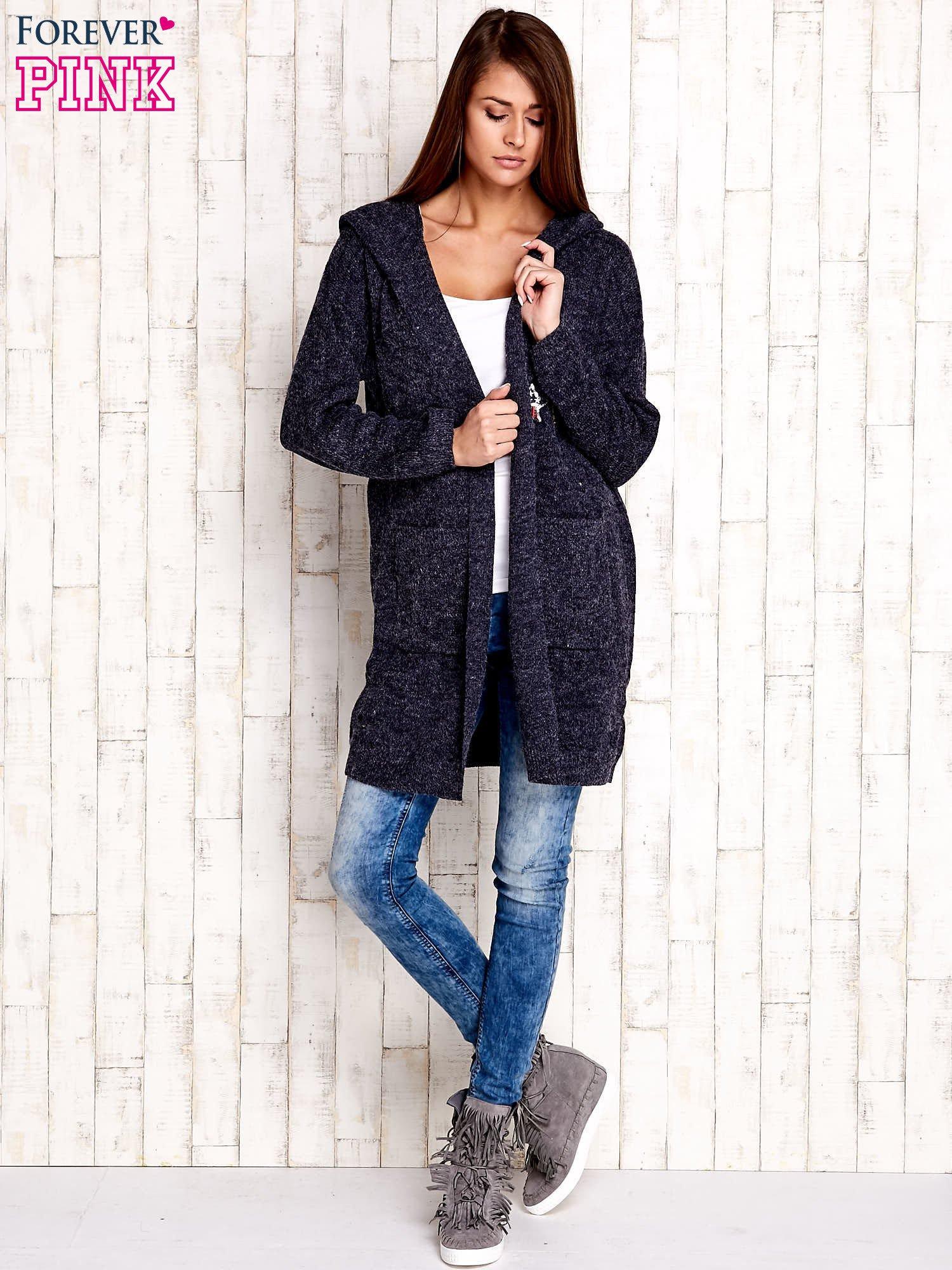 Granatowy wełniany sweter z naszywkami i kapturem                                  zdj.                                  2