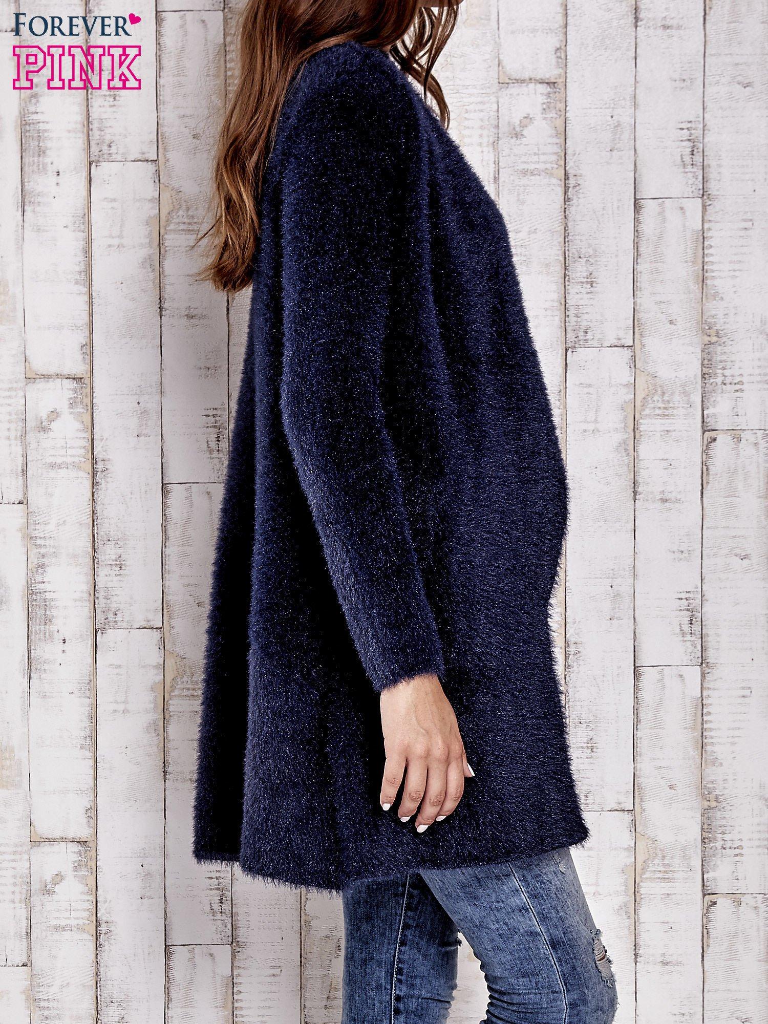Granatowy włochaty sweter z kaskadowym kołnierzem                                  zdj.                                  5