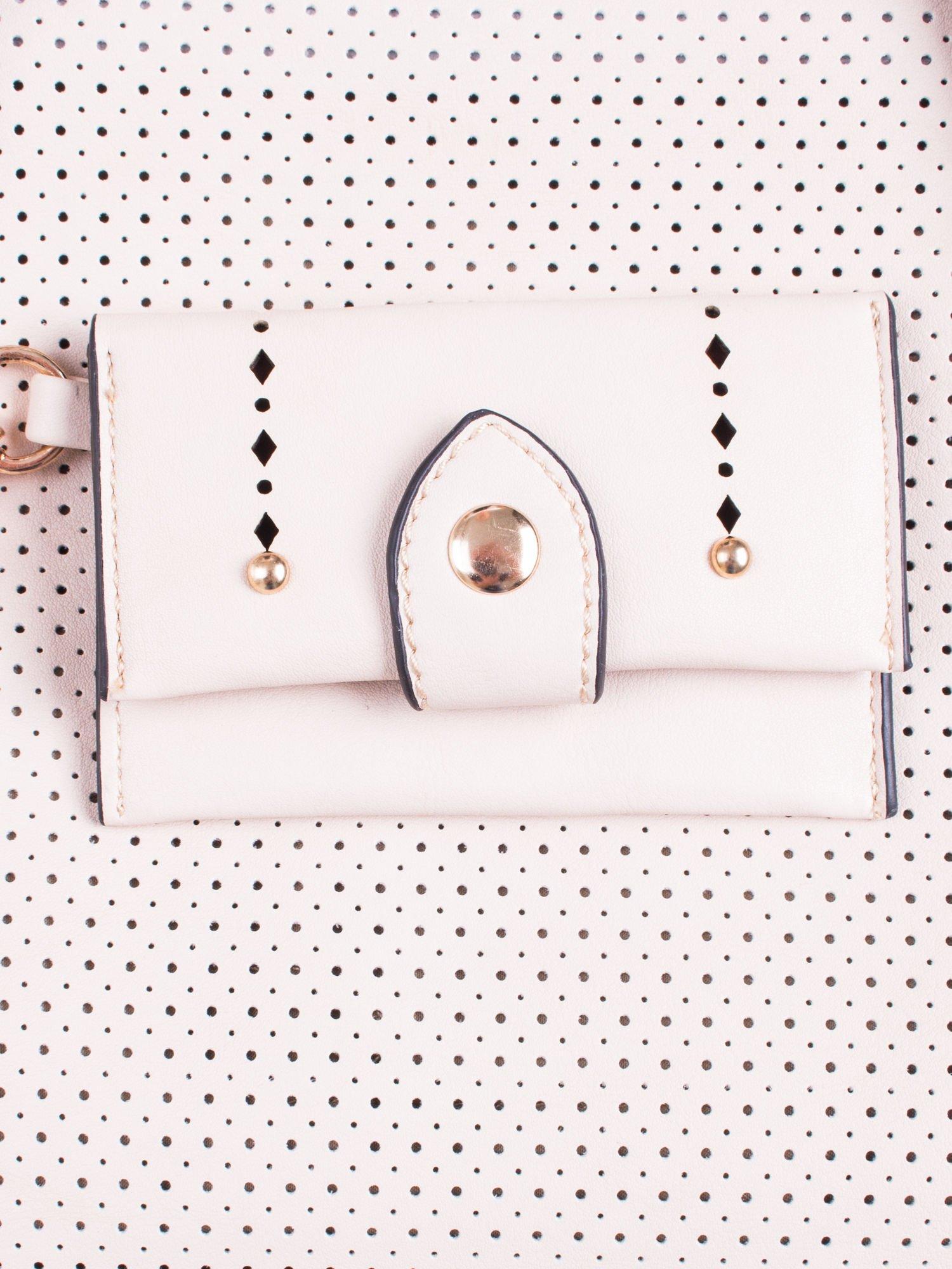 Jasnobeżowa dziurkowana torba shopper z portfelem                                  zdj.                                  6
