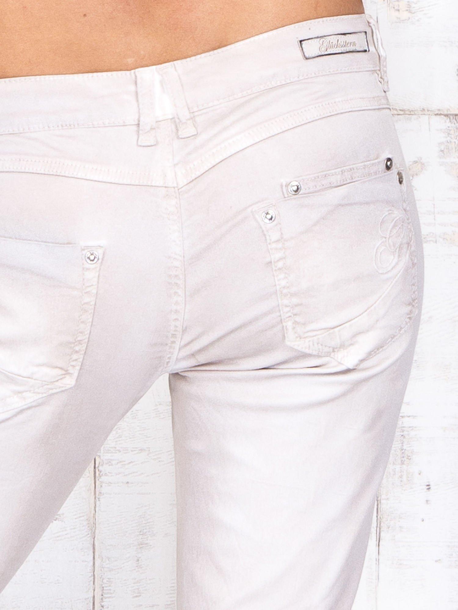 Jasnobeżowe mieniące się spodnie skinny z brokatem i haftami                                  zdj.                                  5