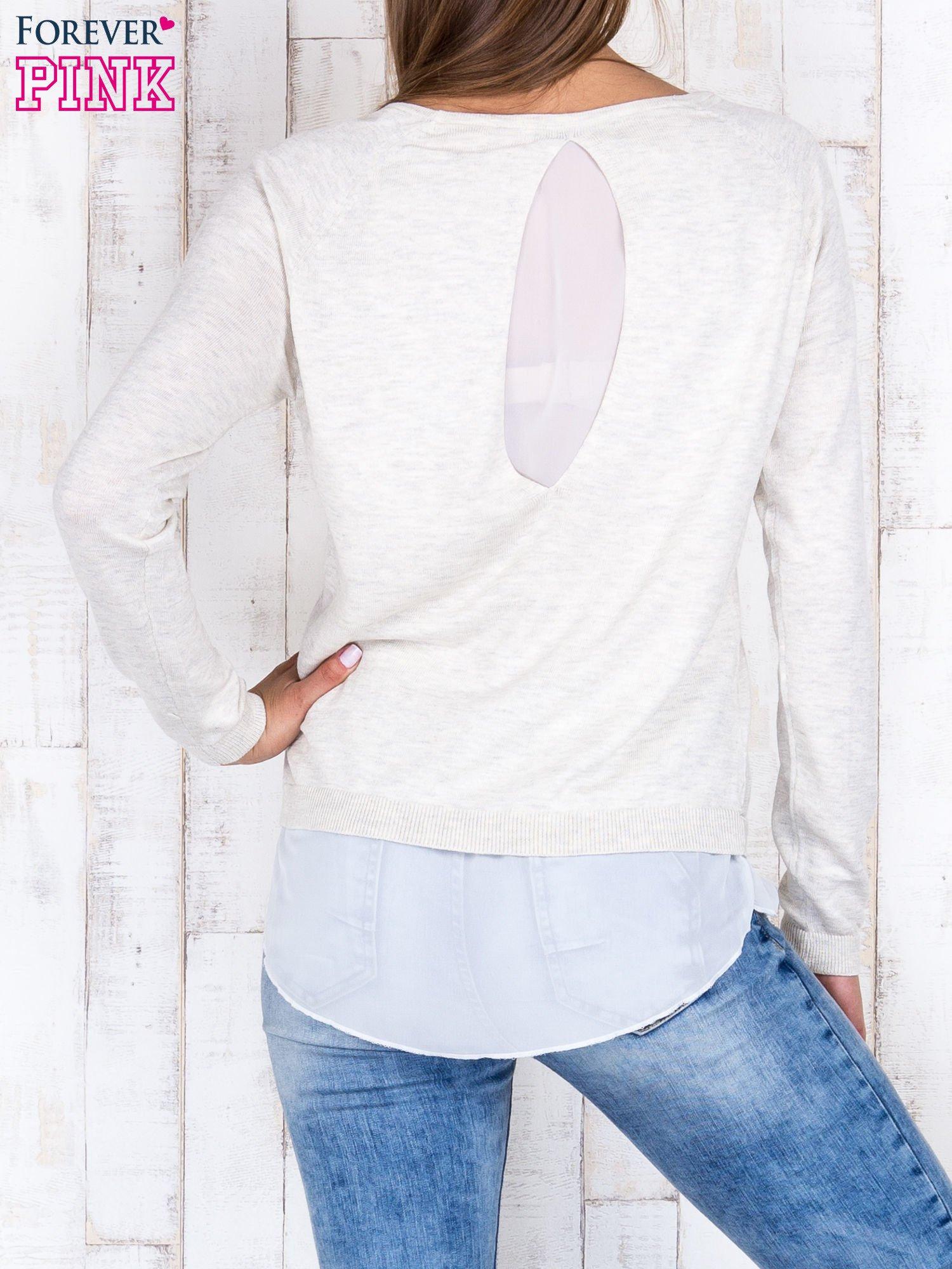 Jasnobeżowy luźny sweter z siateczką i wycięciem z tyłu                                  zdj.                                  2