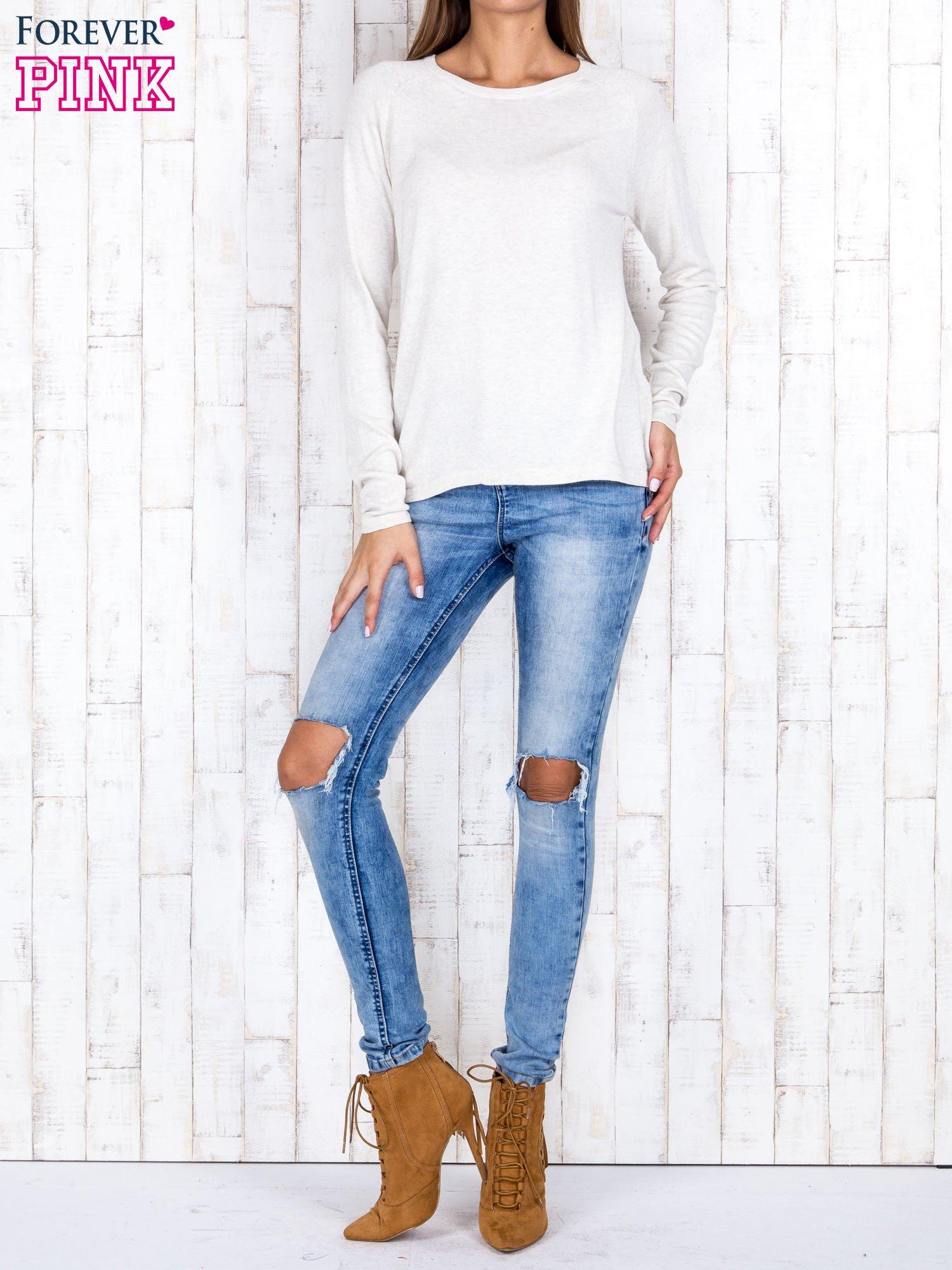 Jasnobeżowy sweter z dłuższym tyłem i zakładką na plecach                                  zdj.                                  2