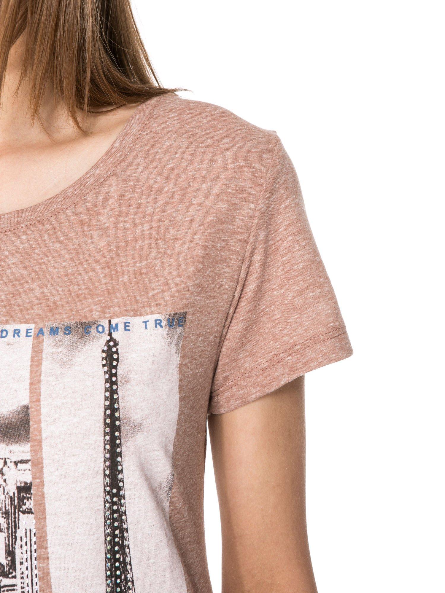 Jasnobordowy t-shirt z fotografiami miast                                  zdj.                                  5