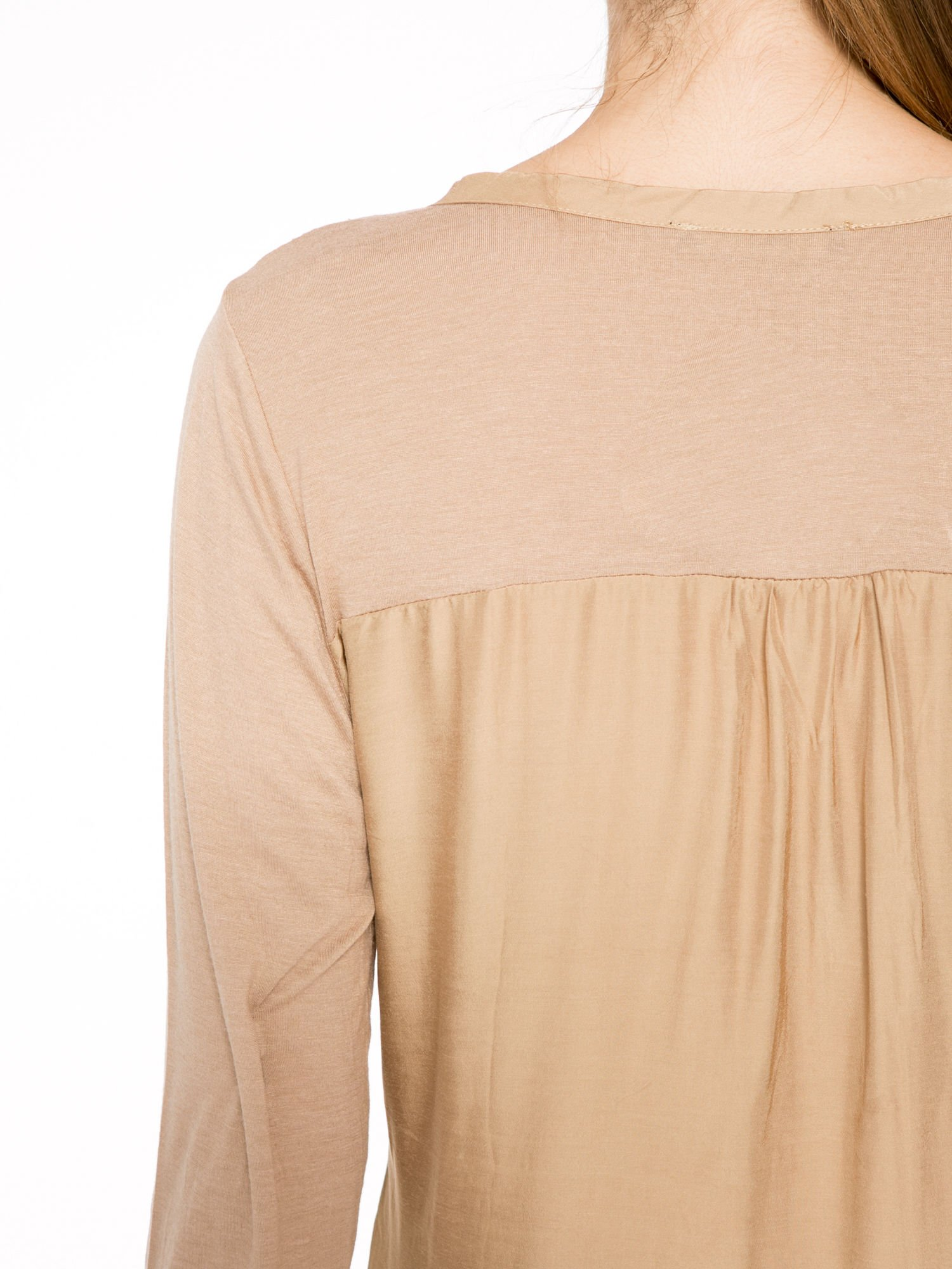 Jasnobrązowa bluzka z atłasowym obszyciem przy dekolcie i kieszonką                                  zdj.                                  7