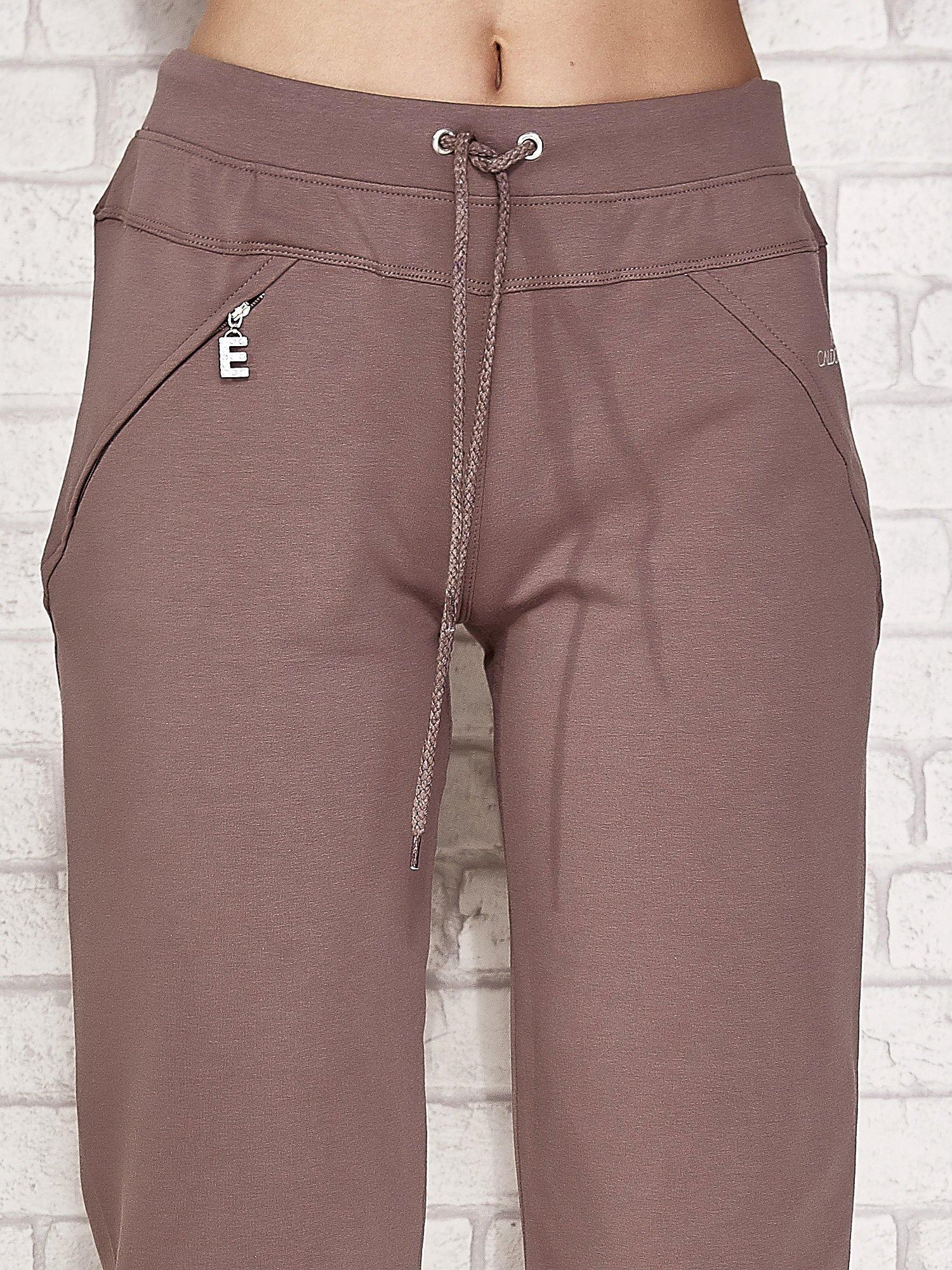 Jasnobrązowe spodnie dresowe capri z kieszonką                                  zdj.                                  4