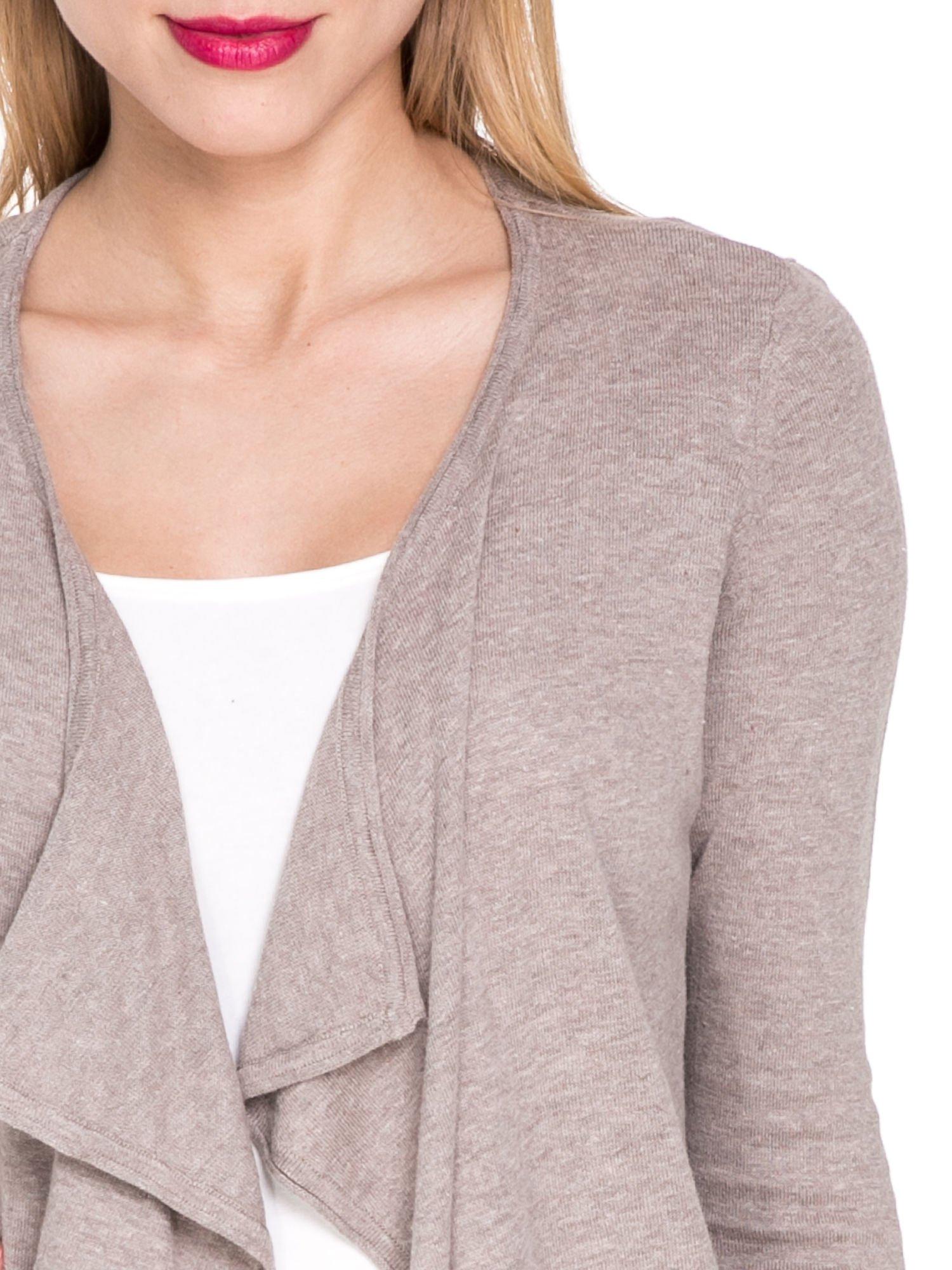 Jasnobrązowy sweterek kardigan o kaskadowym fasonie                                  zdj.                                  5