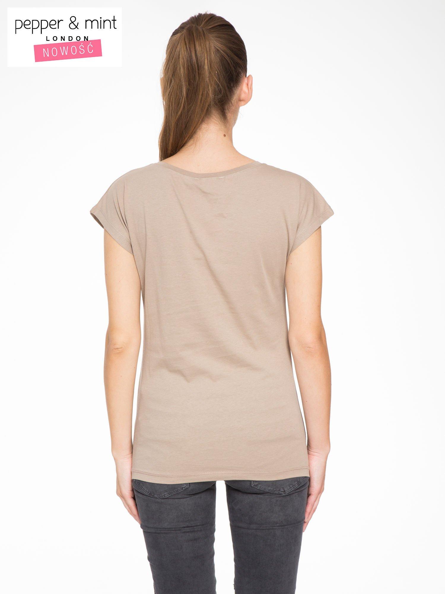 Jasnobrązowy t-shirt z nadrukiem CALIFORNIA                                  zdj.                                  4
