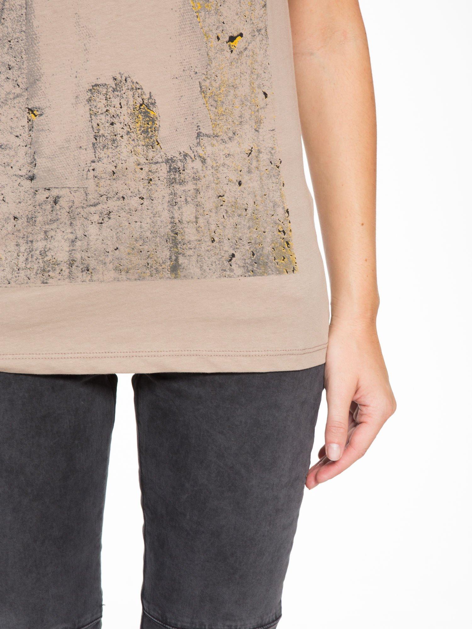 Jasnobrązowy t-shirt z napisem SHE LOVED                                  zdj.                                  7