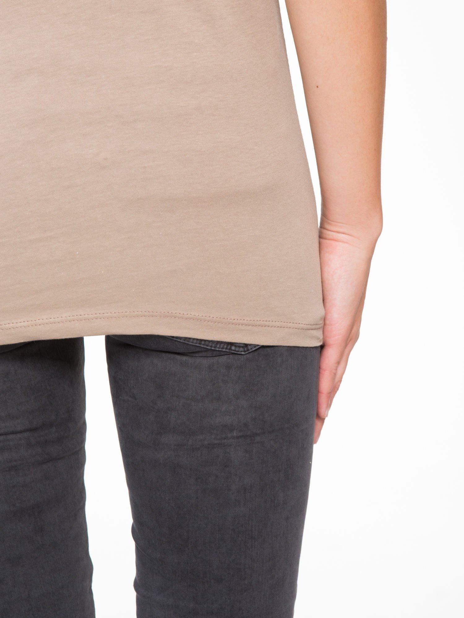 Jasnobrązowy t-shirt z napisem SHE LOVED                                  zdj.                                  9