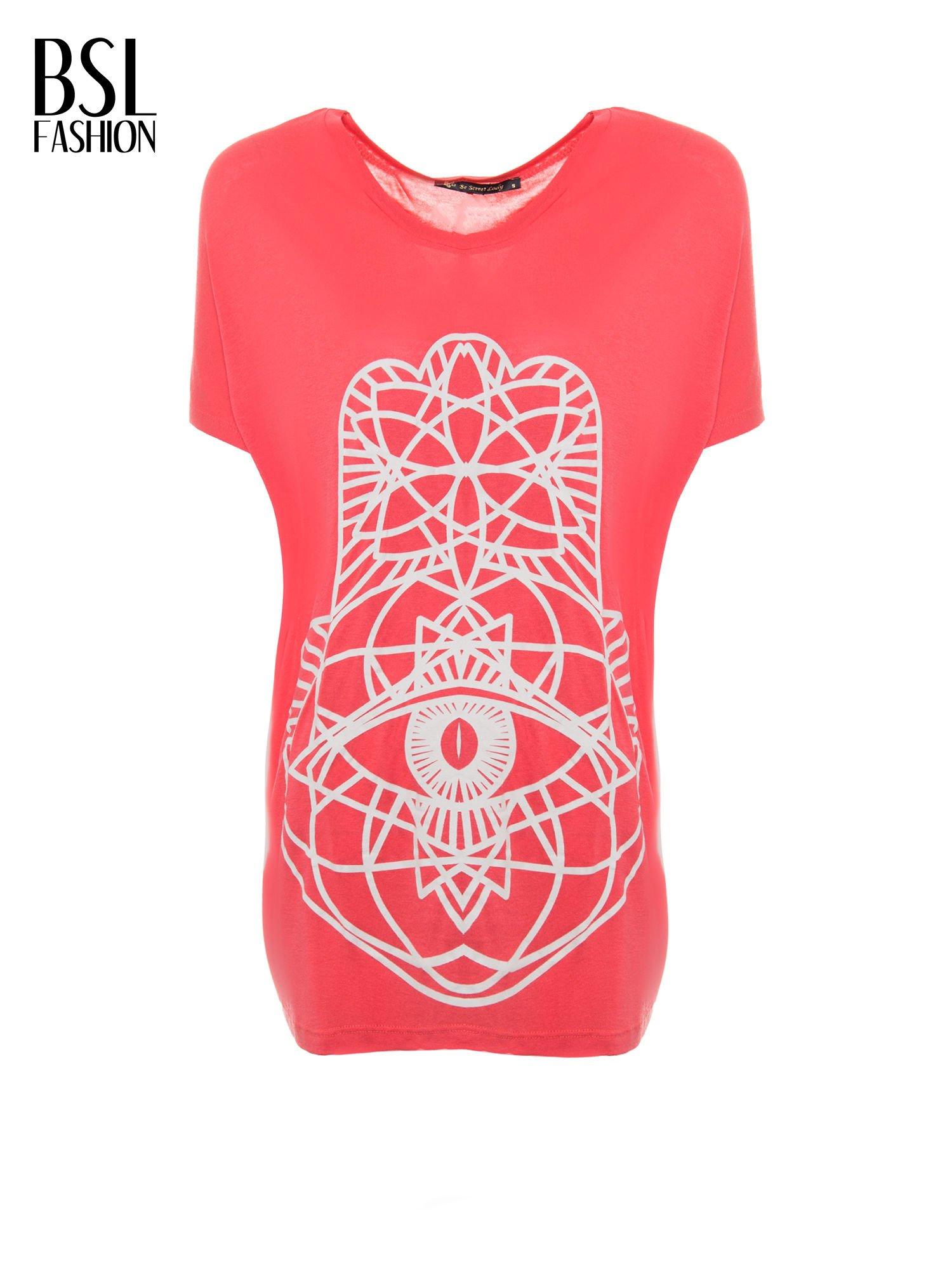 Jasnoczerwony t-shirt z ornamentowym nadrukiem                                  zdj.                                  2