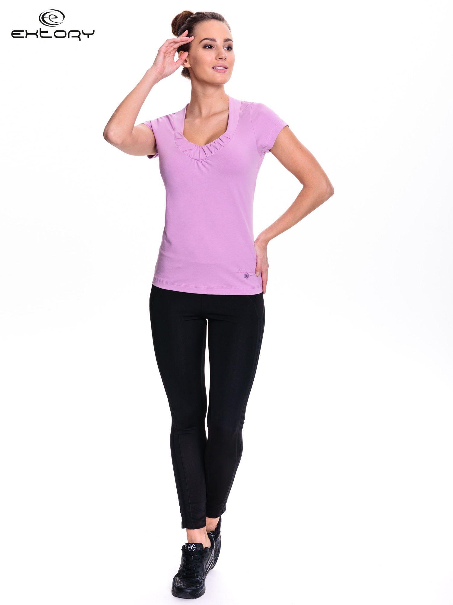 Jasnofioletowy damski t-shirt sportowy z marszczonym dekoltem                                  zdj.                                  2