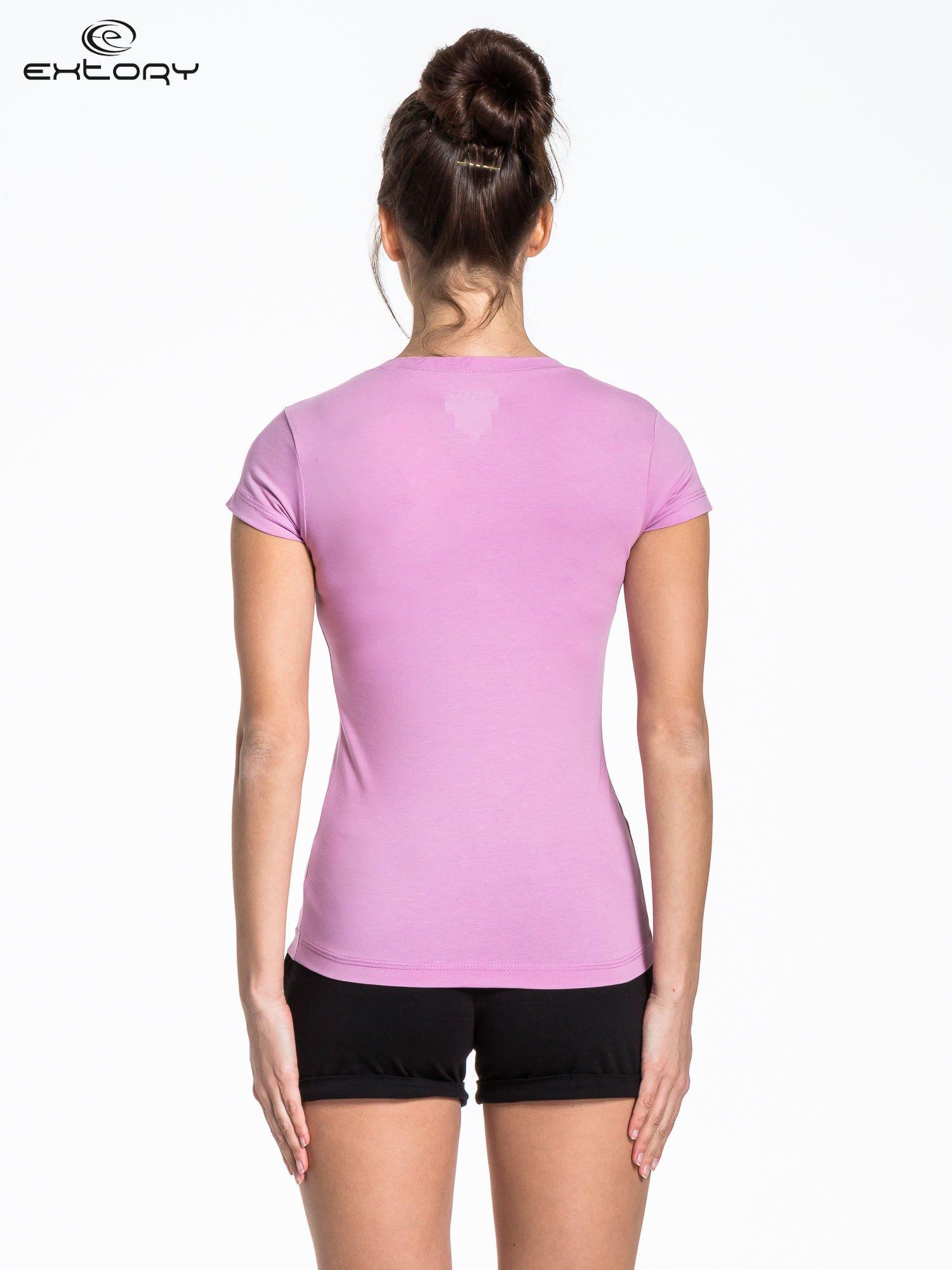 Jasnofioletowy sportowy t-shirt z dekoltem U                                  zdj.                                  2