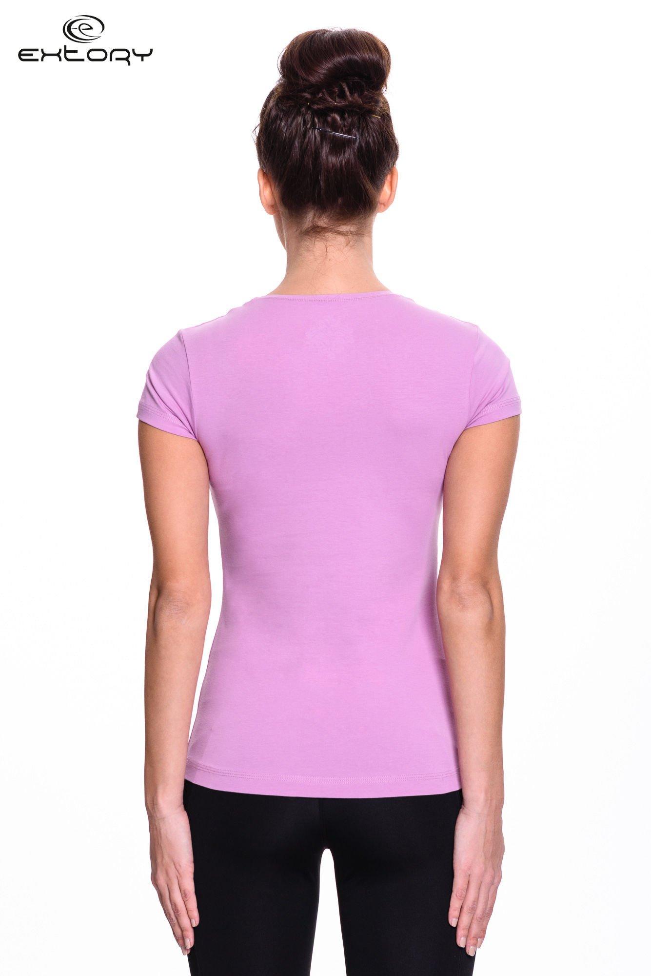 Jasnofioletowy t-shirt sportowy z paskiem z dżetów                                  zdj.                                  4