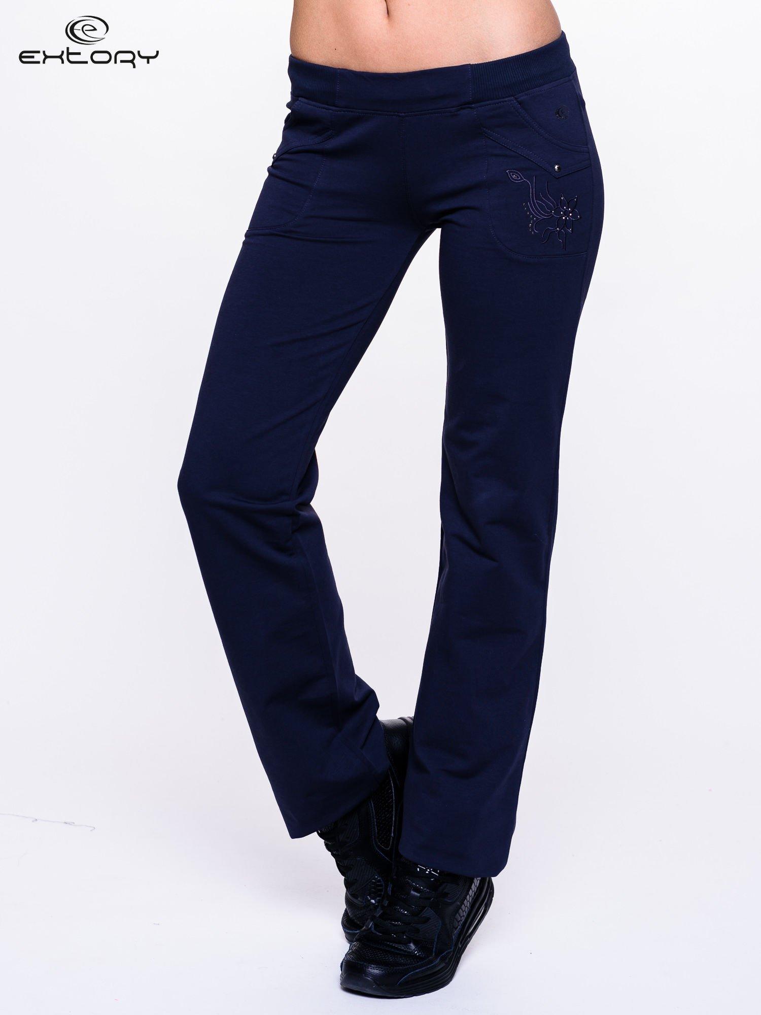 Jasnogranatowe spodnie dresowe z kwiatem z dżetami                                  zdj.                                  1