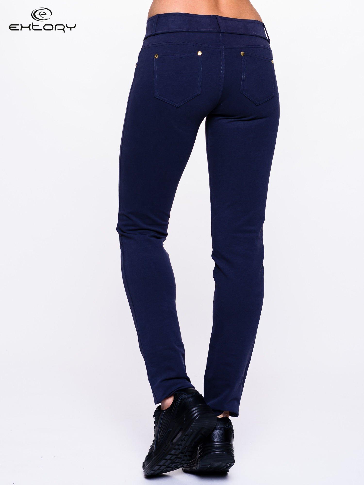 Jasnogranatowe spodnie dresowe ze złotymi napami                                  zdj.                                  4