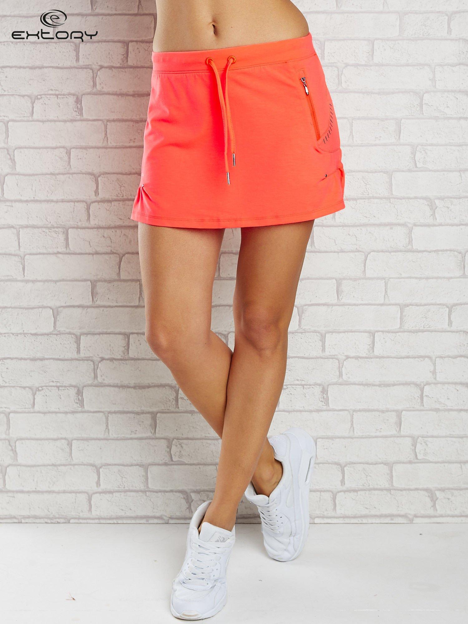 Jasnokoralowa spódnica dresowa z troczkami i kieszonką                                  zdj.                                  1