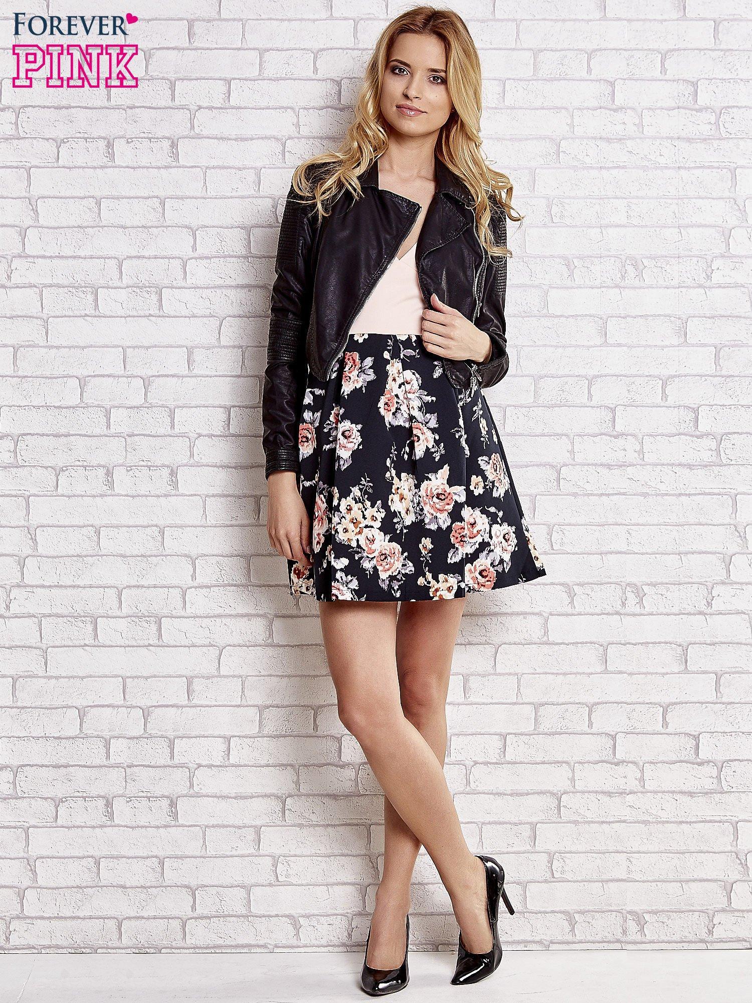 Jasnokoralowa sukienka z kwiatowym dołem i z suwakiem z tyłu                                  zdj.                                  2