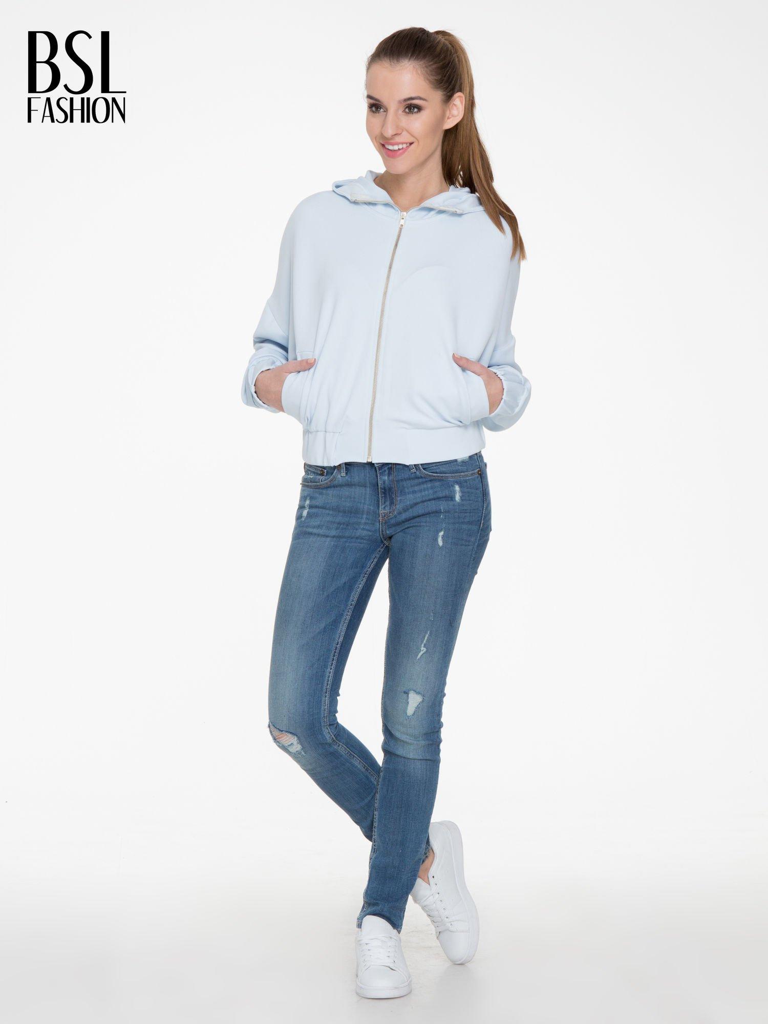Jasnoniebieska bluza z kapturem o nietoperzowym kroju                                  zdj.                                  2