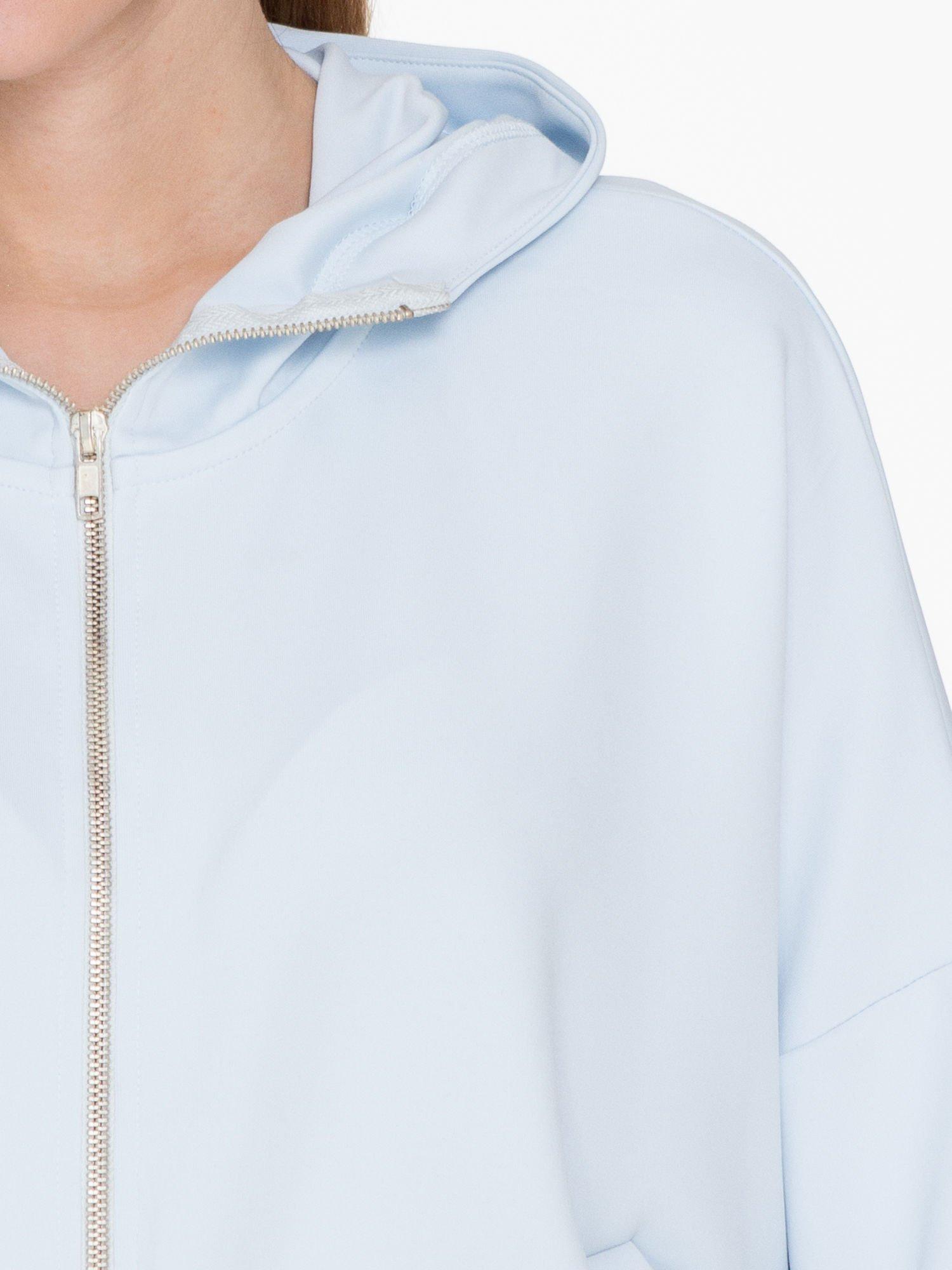 Jasnoniebieska bluza z kapturem o nietoperzowym kroju                                  zdj.                                  5