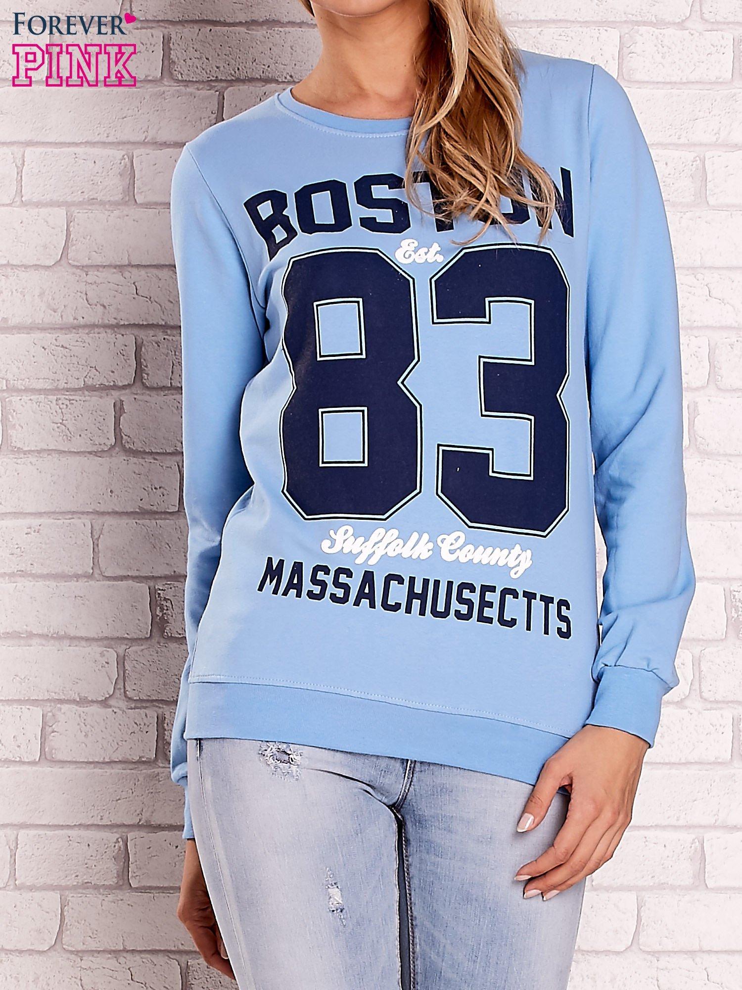 Jasnoniebieska bluza z napisem BOSTON 83                                  zdj.                                  1