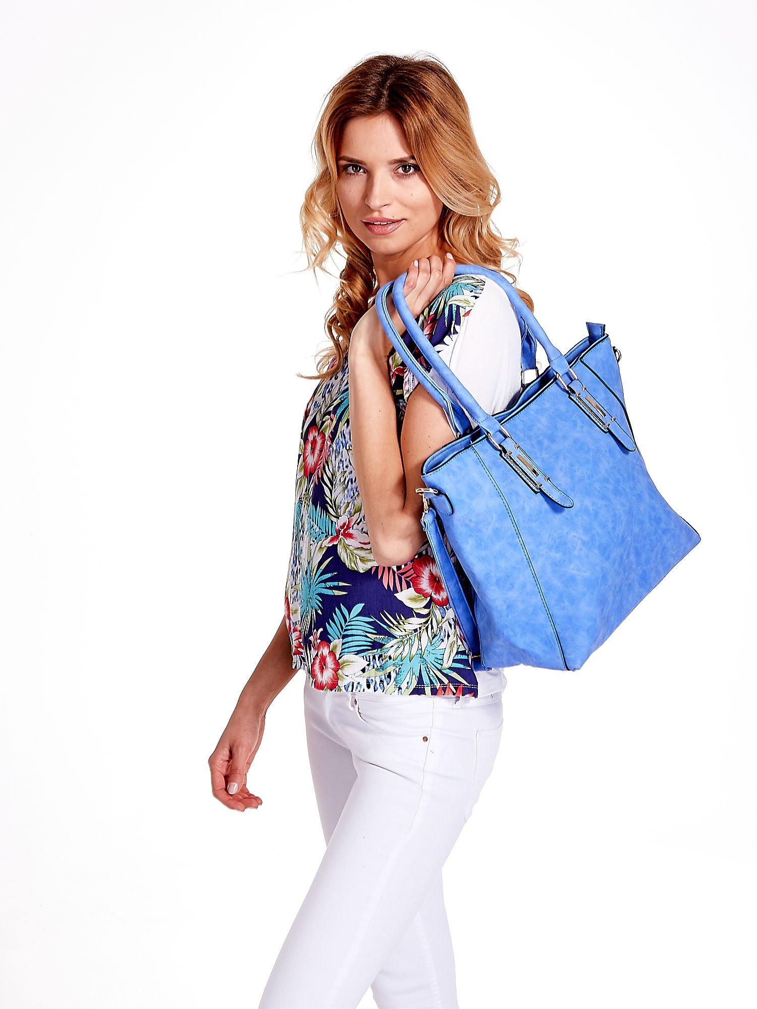 Jasnoniebieska fakturowana torba z odpinanym paskiem                                  zdj.                                  6
