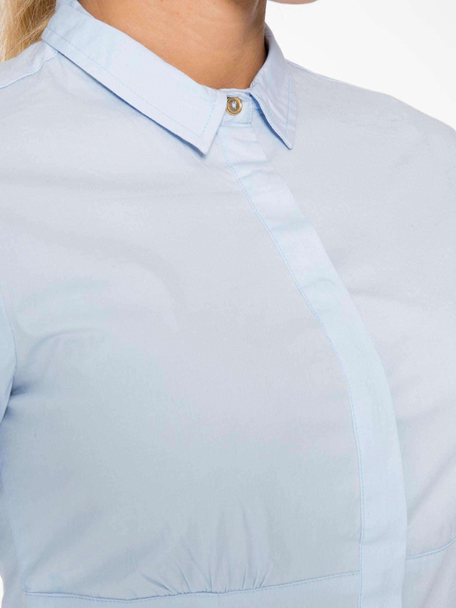 Jasnoniebieska koszula damska odcinana pod biustem z marszczeniem                                  zdj.                                  5