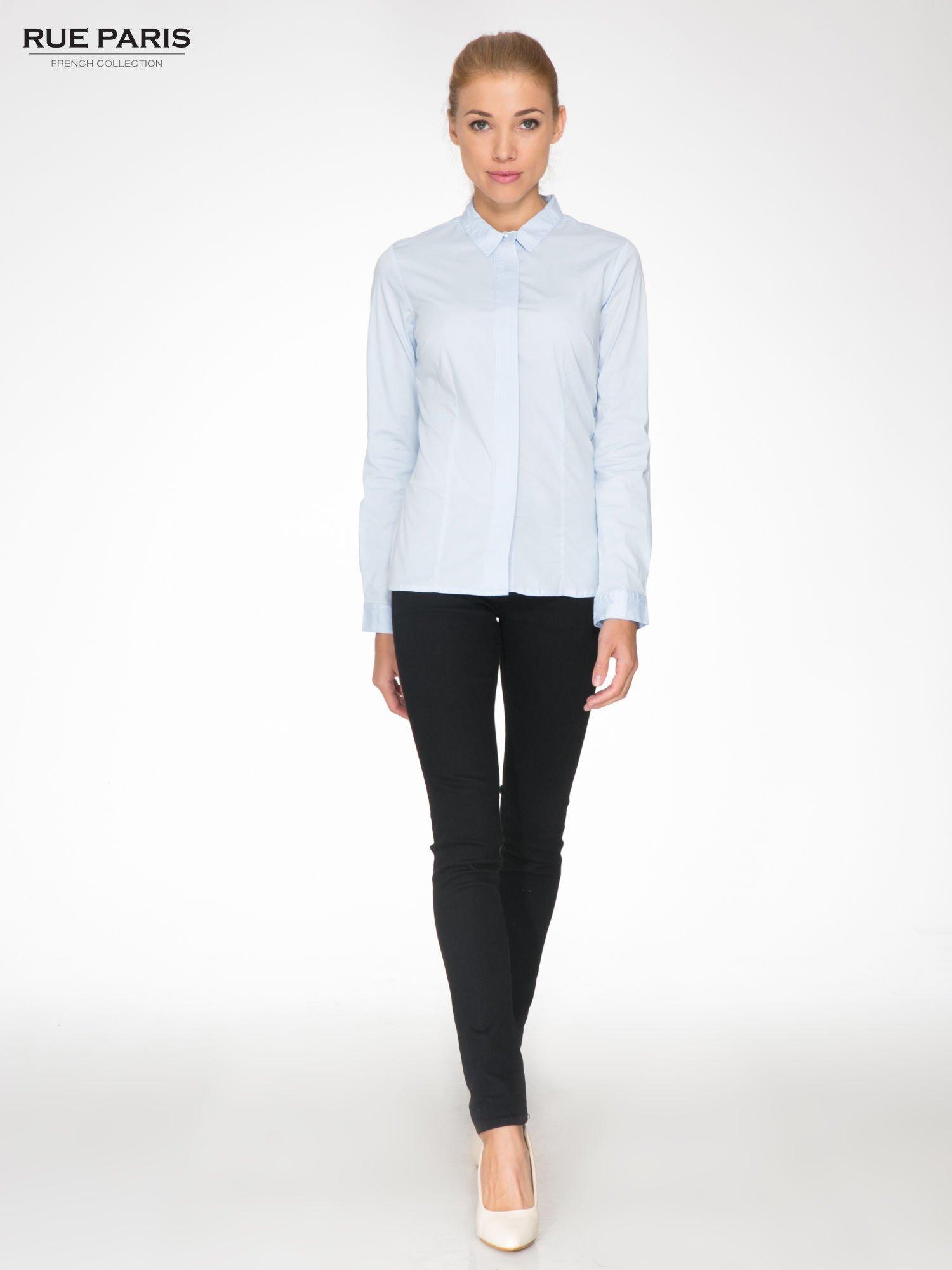 Jasnoniebieska koszula damska z ozdobną listwą                                  zdj.                                  2