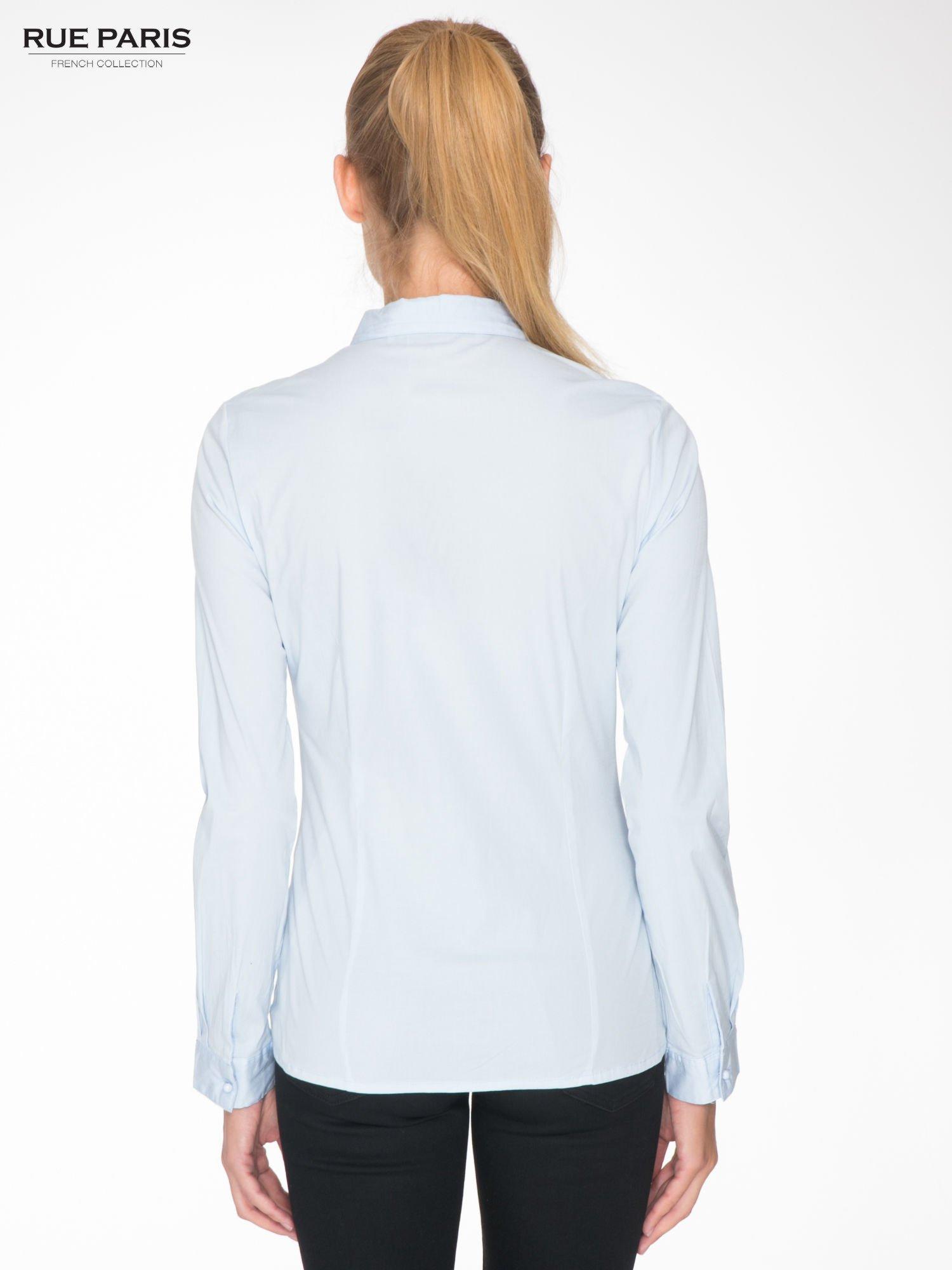Jasnoniebieska koszula damska z ozdobną listwą                                  zdj.                                  4