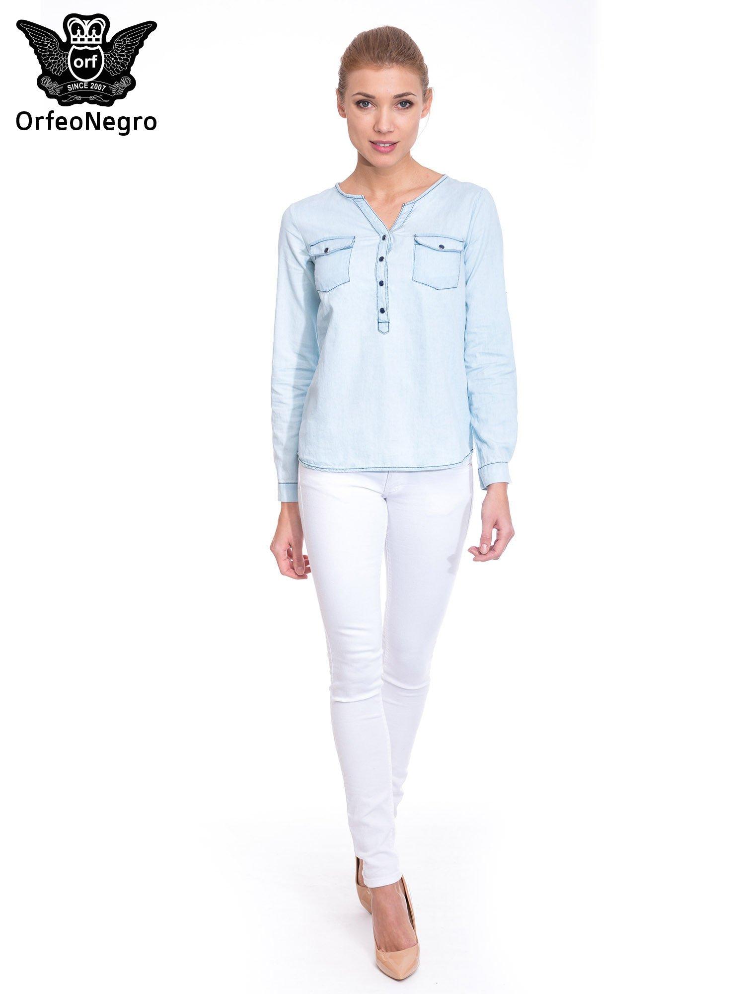 Jasnoniebieska koszula jeansowa z dekoltem w serek                                  zdj.                                  2