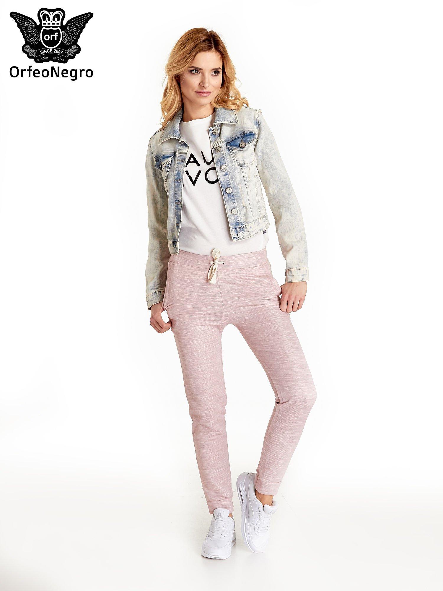 Jasnoniebieska kurtka jeansowa damska marmurkowa z kieszeniami na patki                                  zdj.                                  2