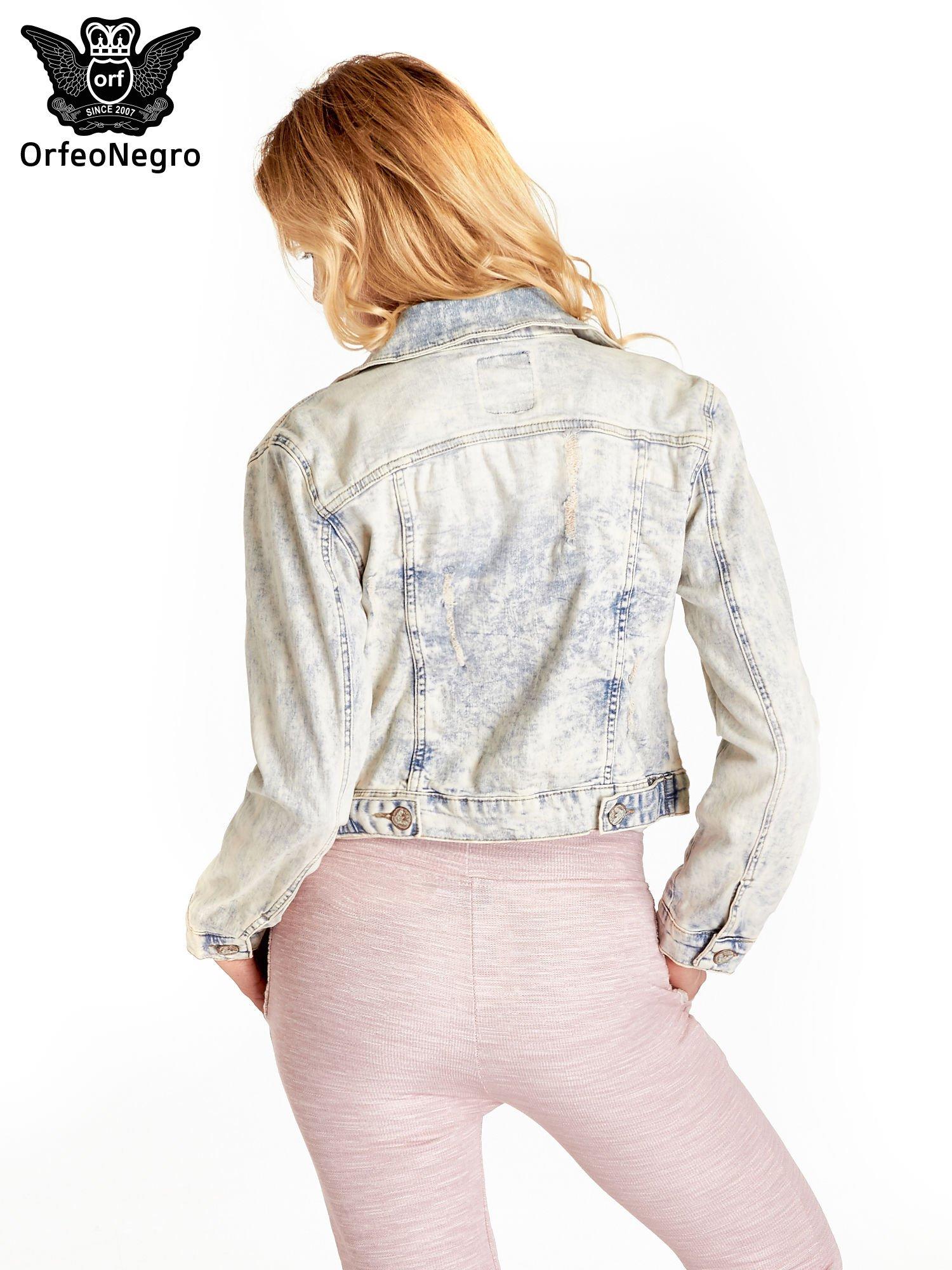 Jasnoniebieska kurtka jeansowa damska marmurkowa z kieszeniami na patki                                  zdj.                                  4